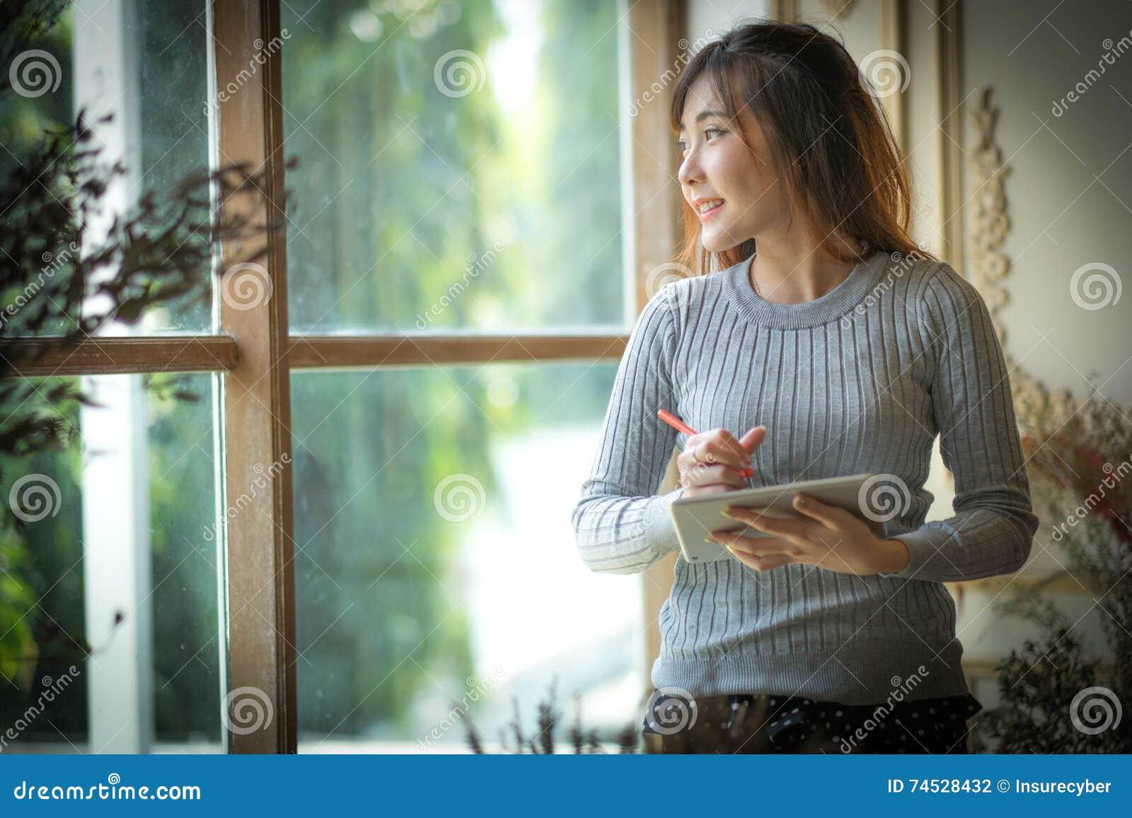 Het meisje die op de tabletcomputer texting met ruimte voor tekstadvertenties stock foto - Foto tiener ruimte meisje ...