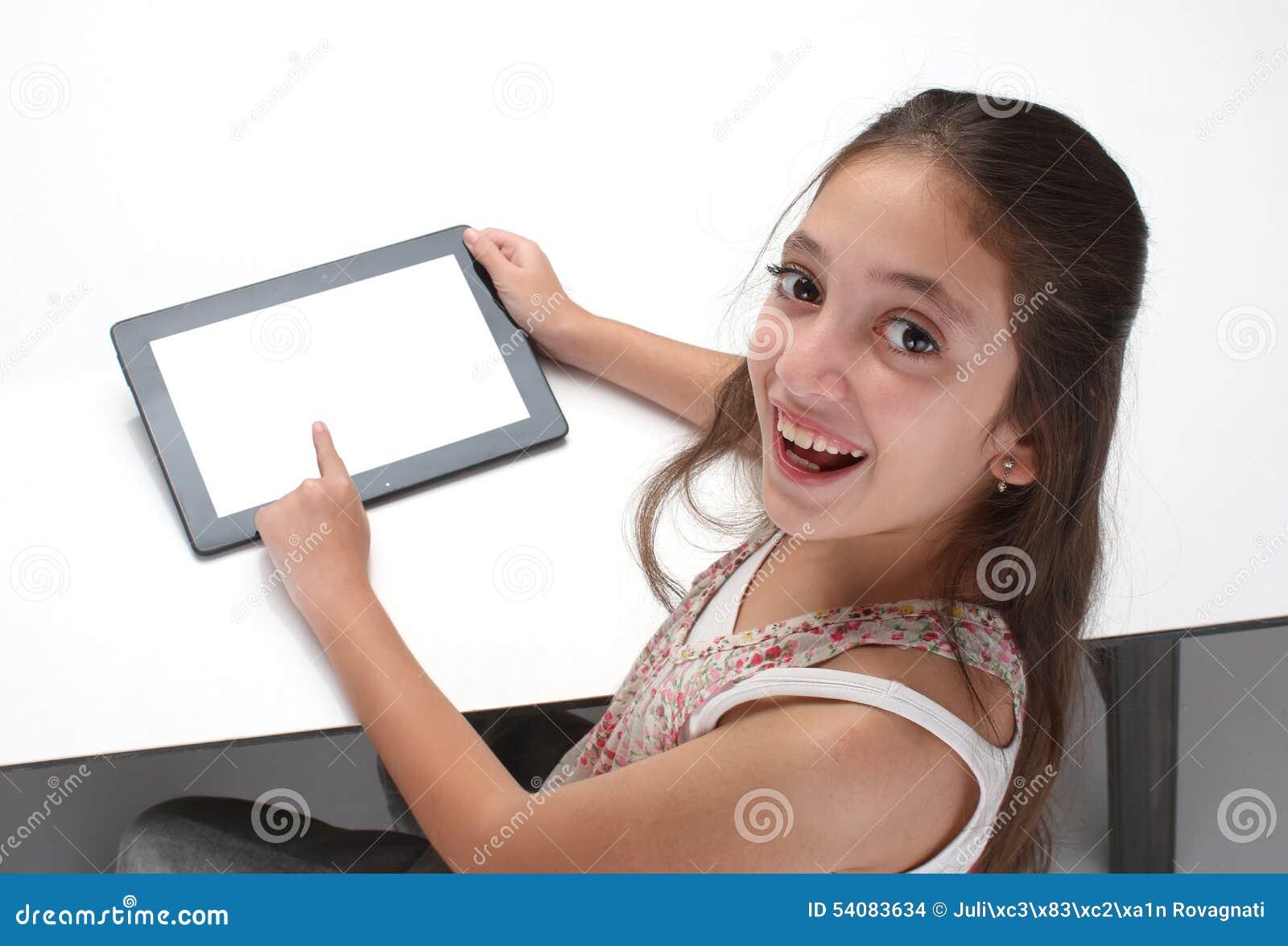 Het meisje die van de Beaitiful pre-tiener een tabletcomputer met behulp van