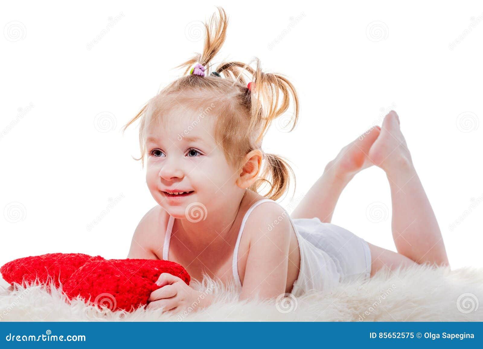 Het meisje die van de peuter in bed liggen