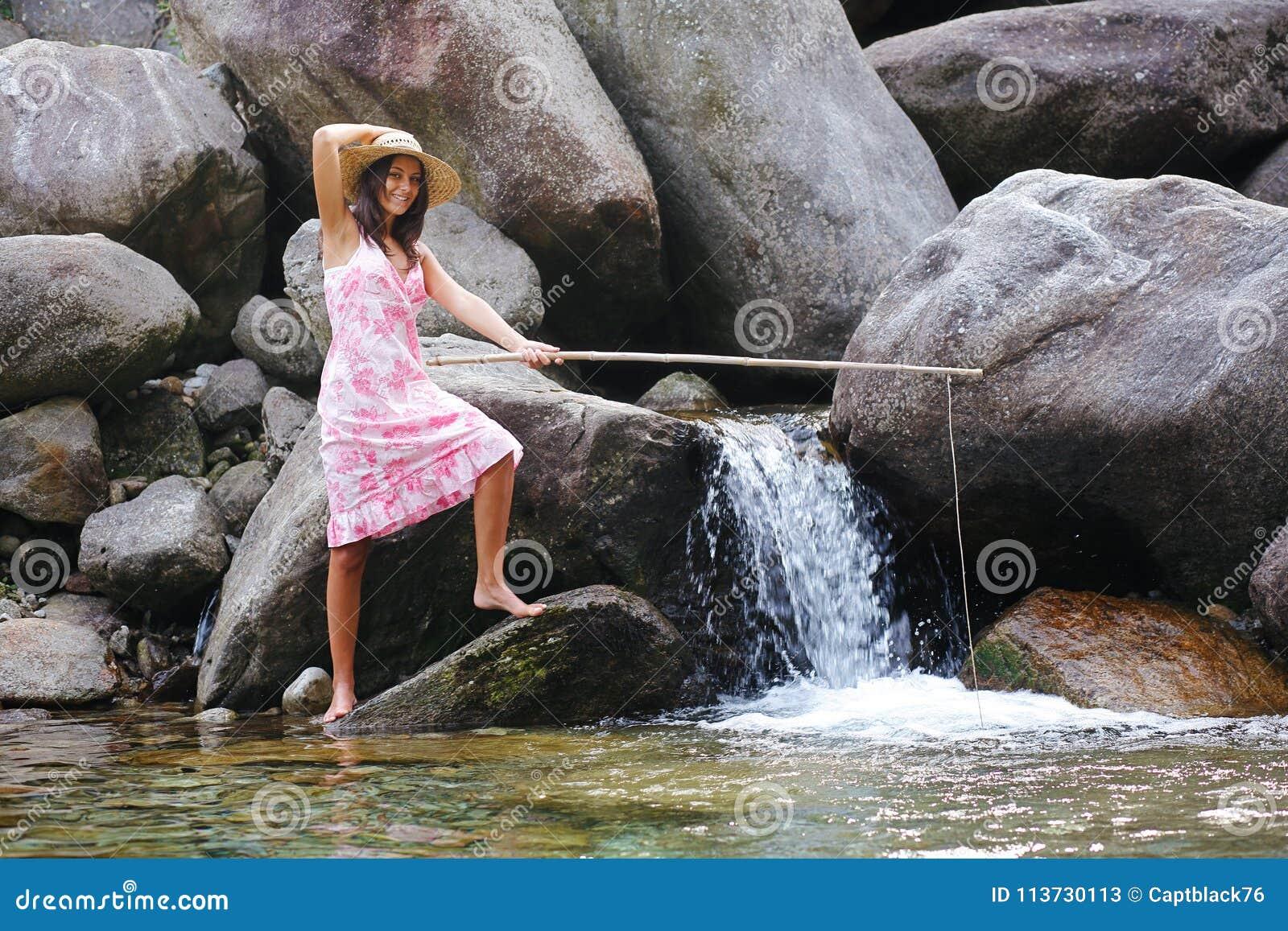 het meisje die van het land in een bergrivier vissen stock afbeelding afbeelding bestaande uit. Black Bedroom Furniture Sets. Home Design Ideas
