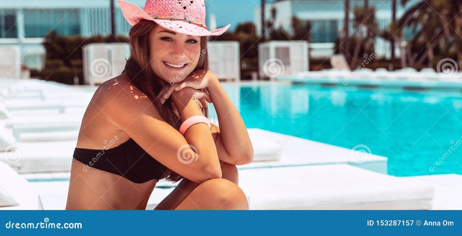 Het meisje die van Nice van de vakantie van de luxezomer genieten