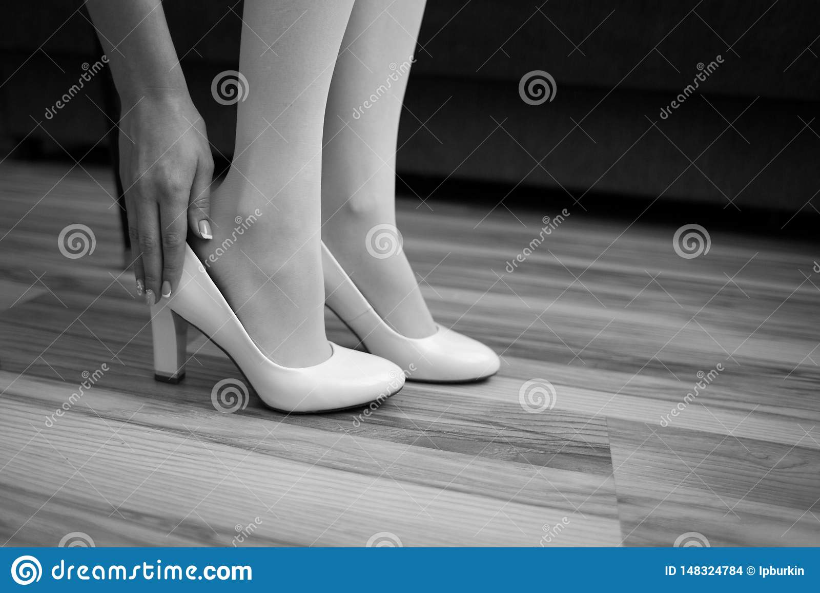 Het meisje draagt een Schoen op het been De bruid zet zijn schoenen in de ochtend in het binnenland