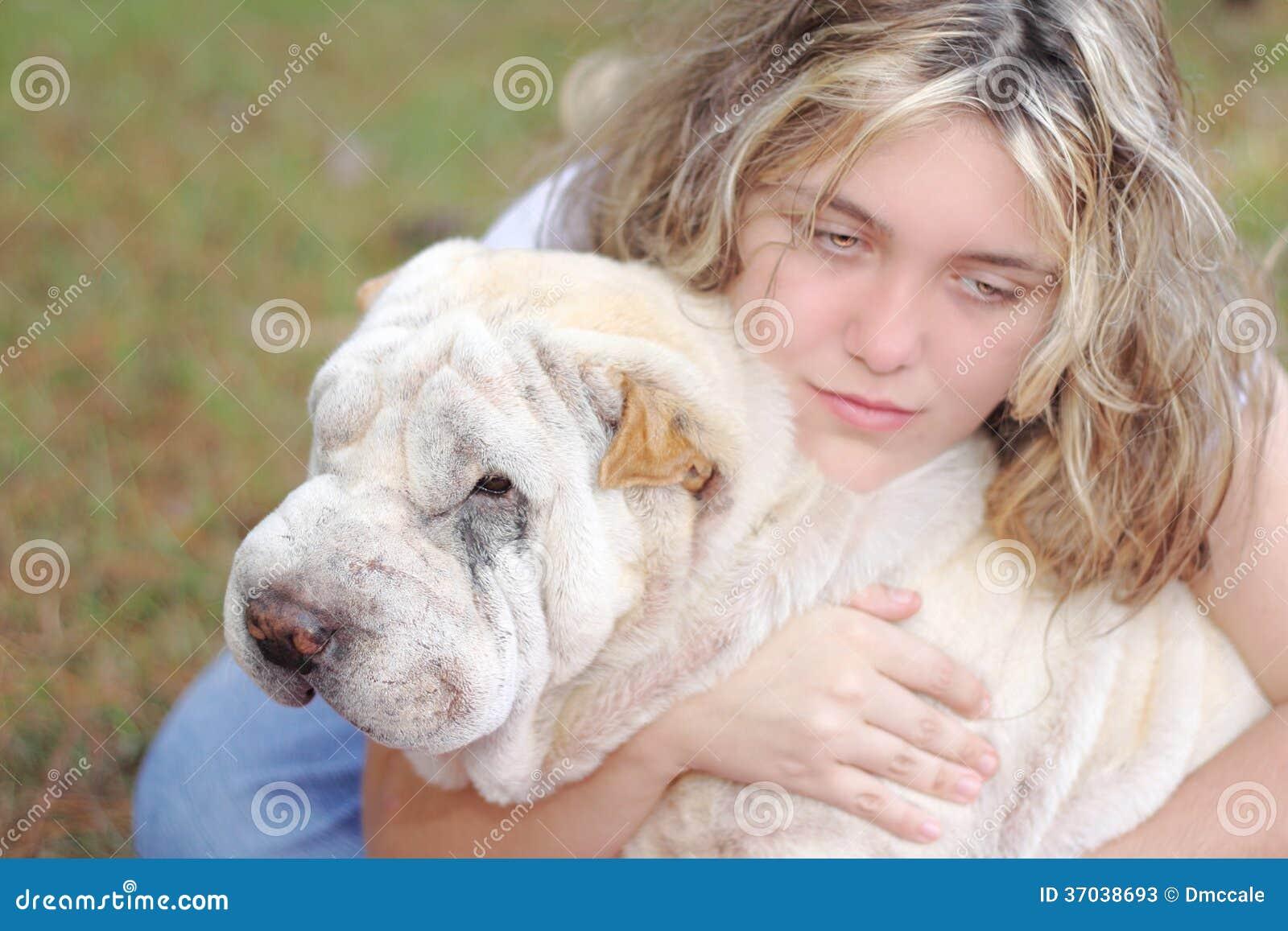 Het meisje drukte witte hond in