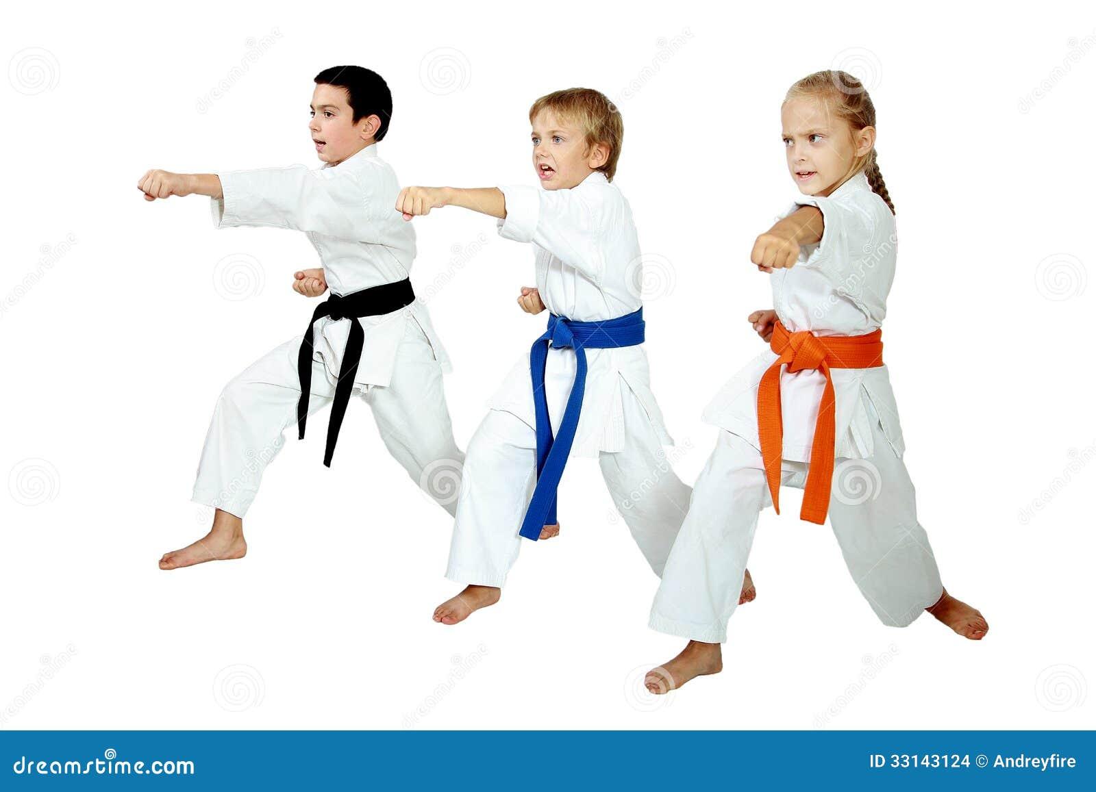 Het meisje en twee jongens op een witte achtergrond slaan stempelwapen stock afbeeldingen - Twee meisjes en een jongen ...