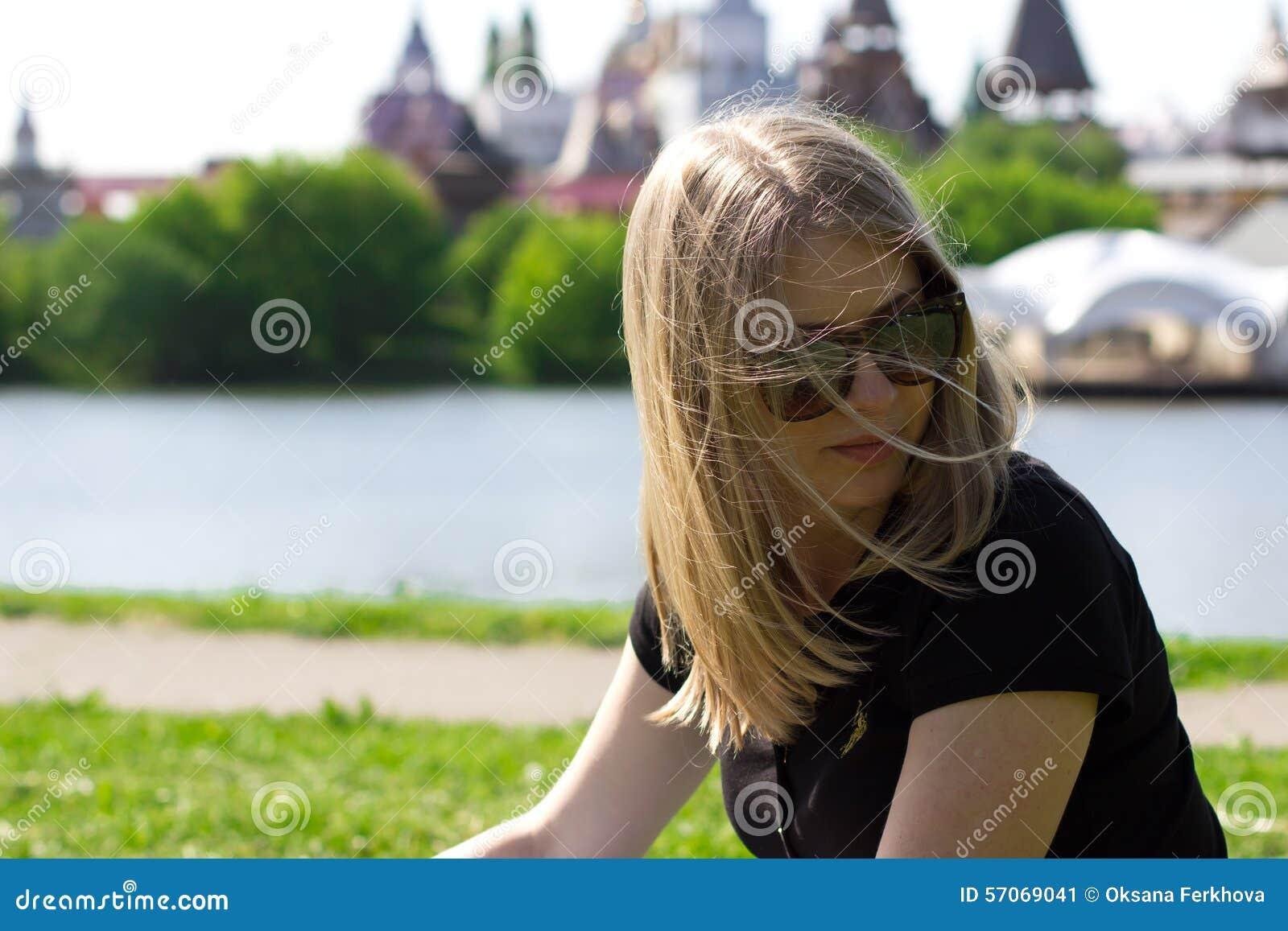 Het meisje in glazen op een achtergrond van het Kremlin in Izmailovo