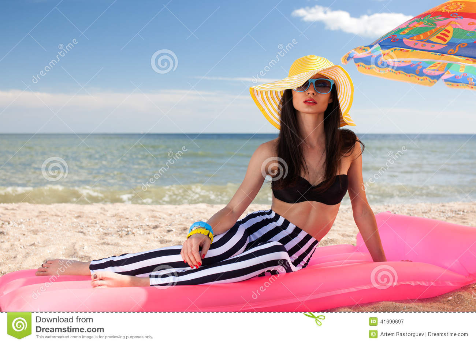 Het meisje heeft een rust bij het strand