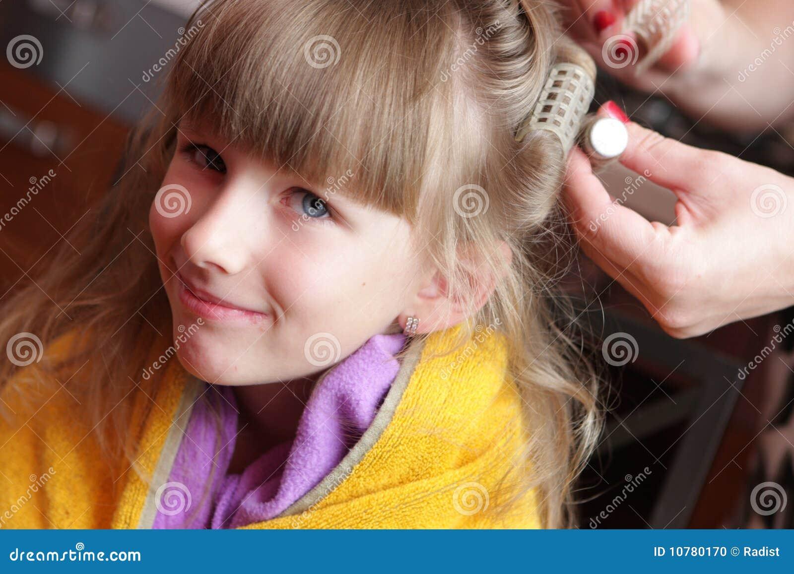 Het meisje heeft zijn gegolft haar