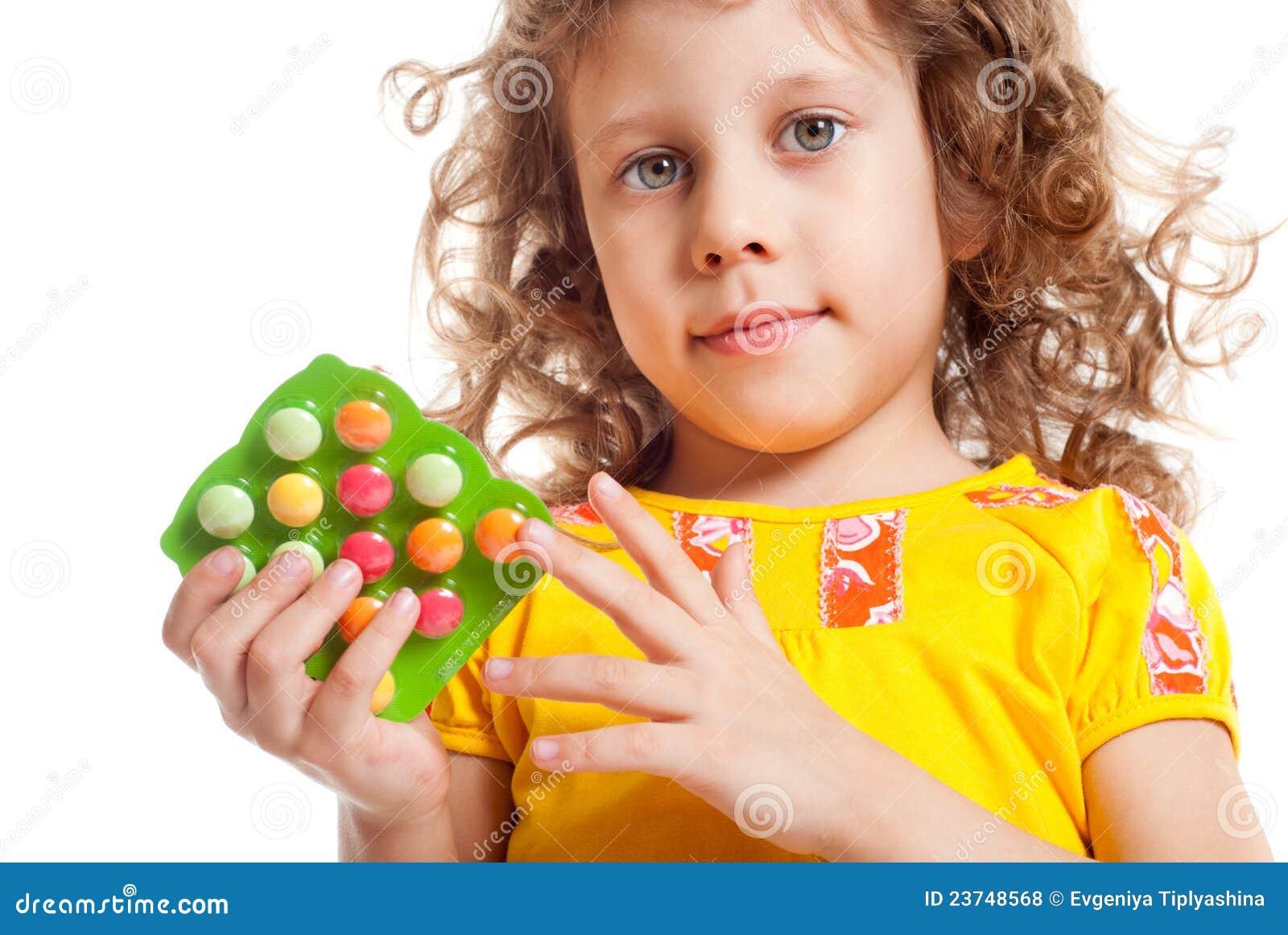Het meisje houdt vitaminen
