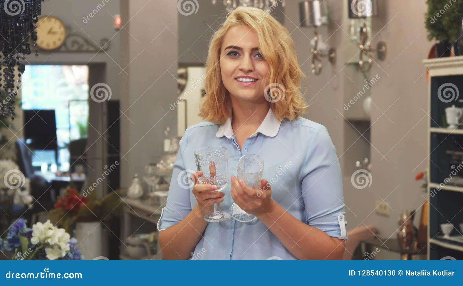 Het meisje kiest glazen voor het huis