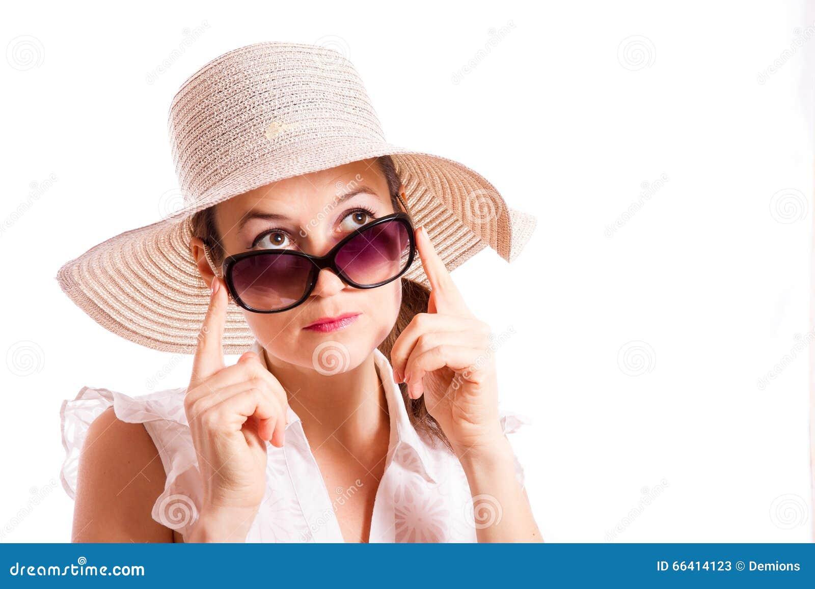 Het meisje kijkt op zonnebril
