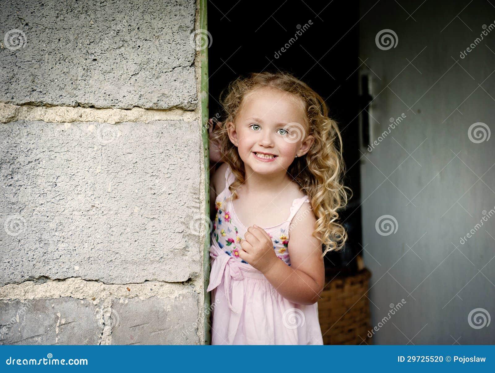 Meisje door de deur stock foto afbeelding 29725520 - Foto tiener ruimte meisje ...