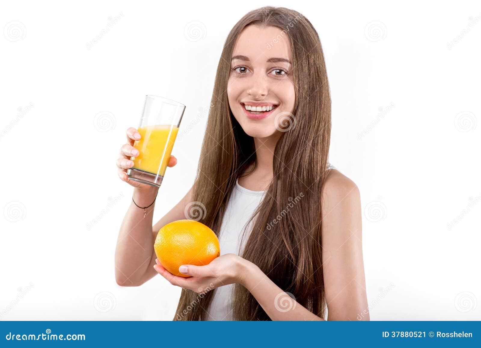 Het meisje kleedde zich in een wit overhemd het drinken jus d orange tegen een wh