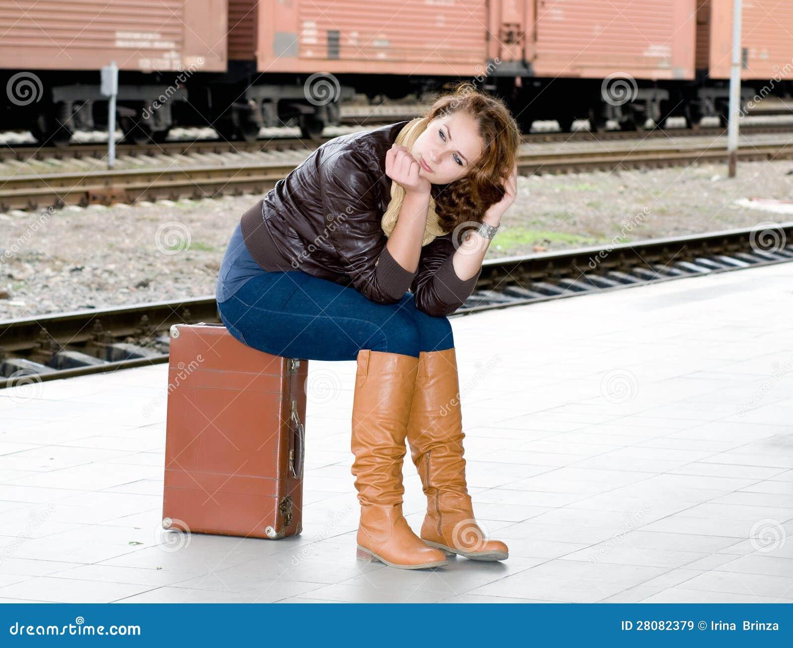 Het meisje is koffer wachtend op de trein royalty vrije stock afbeeldingen beeld 28082379 - Beeld het meisje van ...