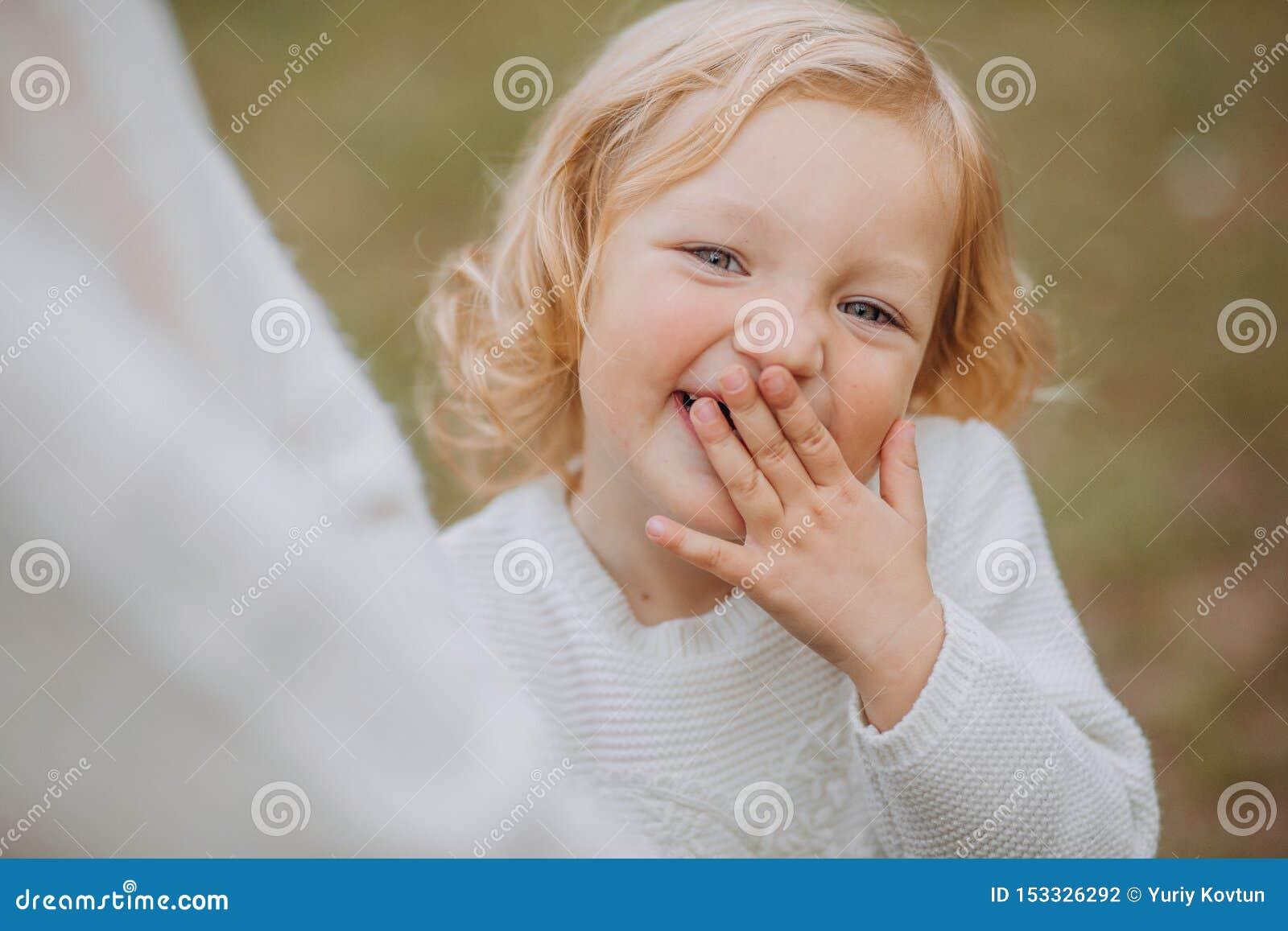 Het meisje lacht van de de handgang van het dekkingsgezicht het mammapark