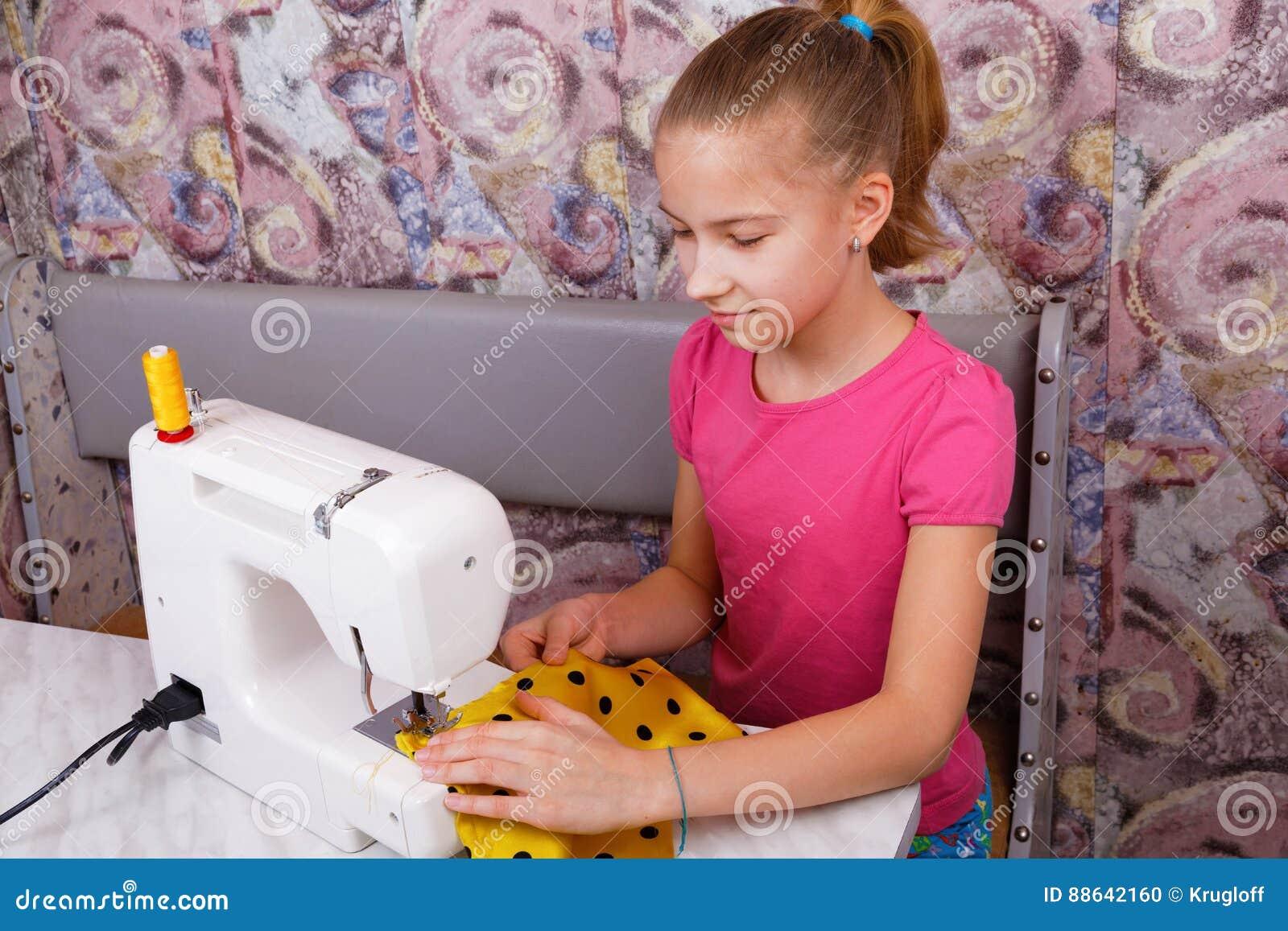 Het meisje leert te naaien