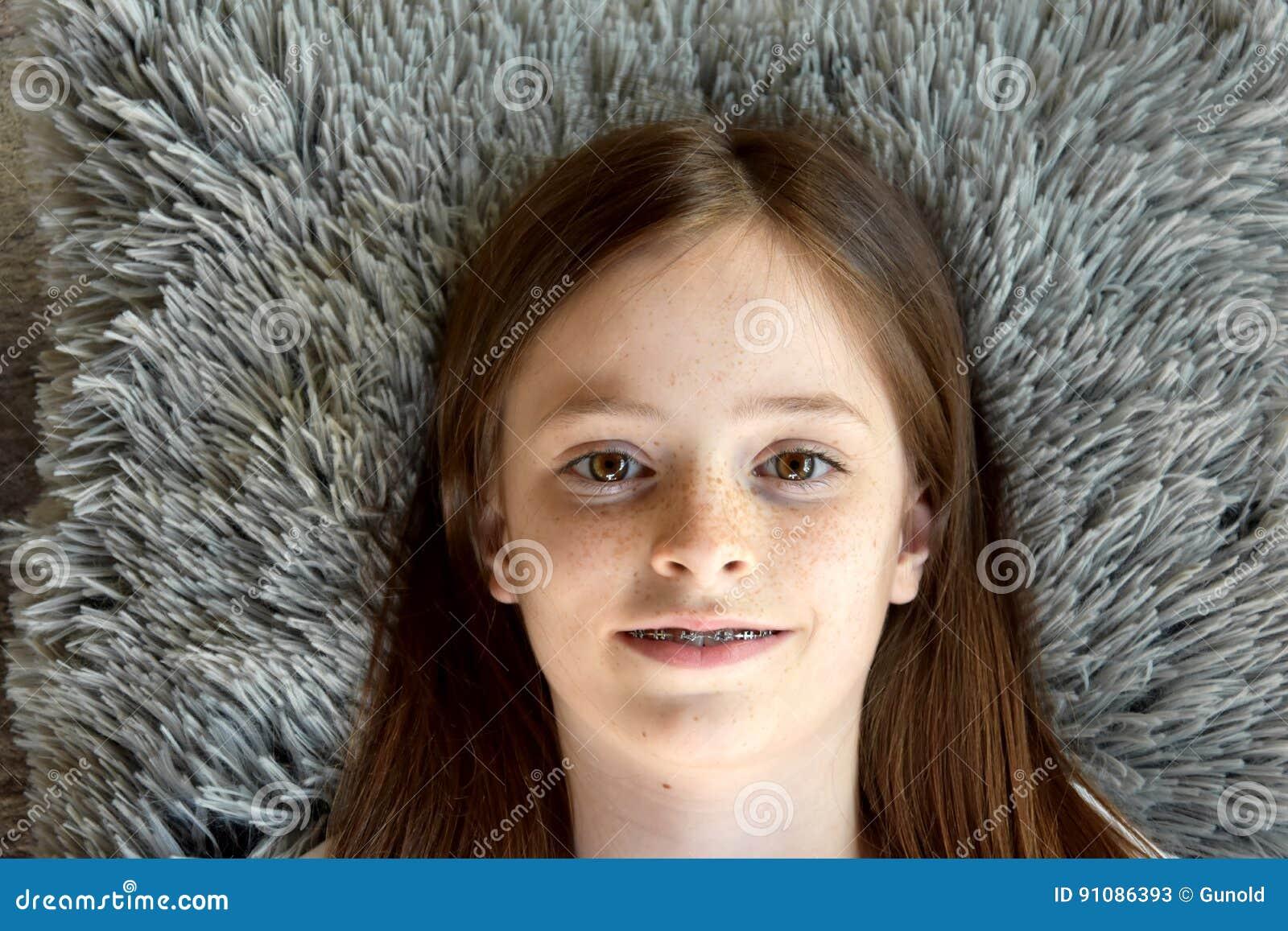 Het meisje ligt op de vloer