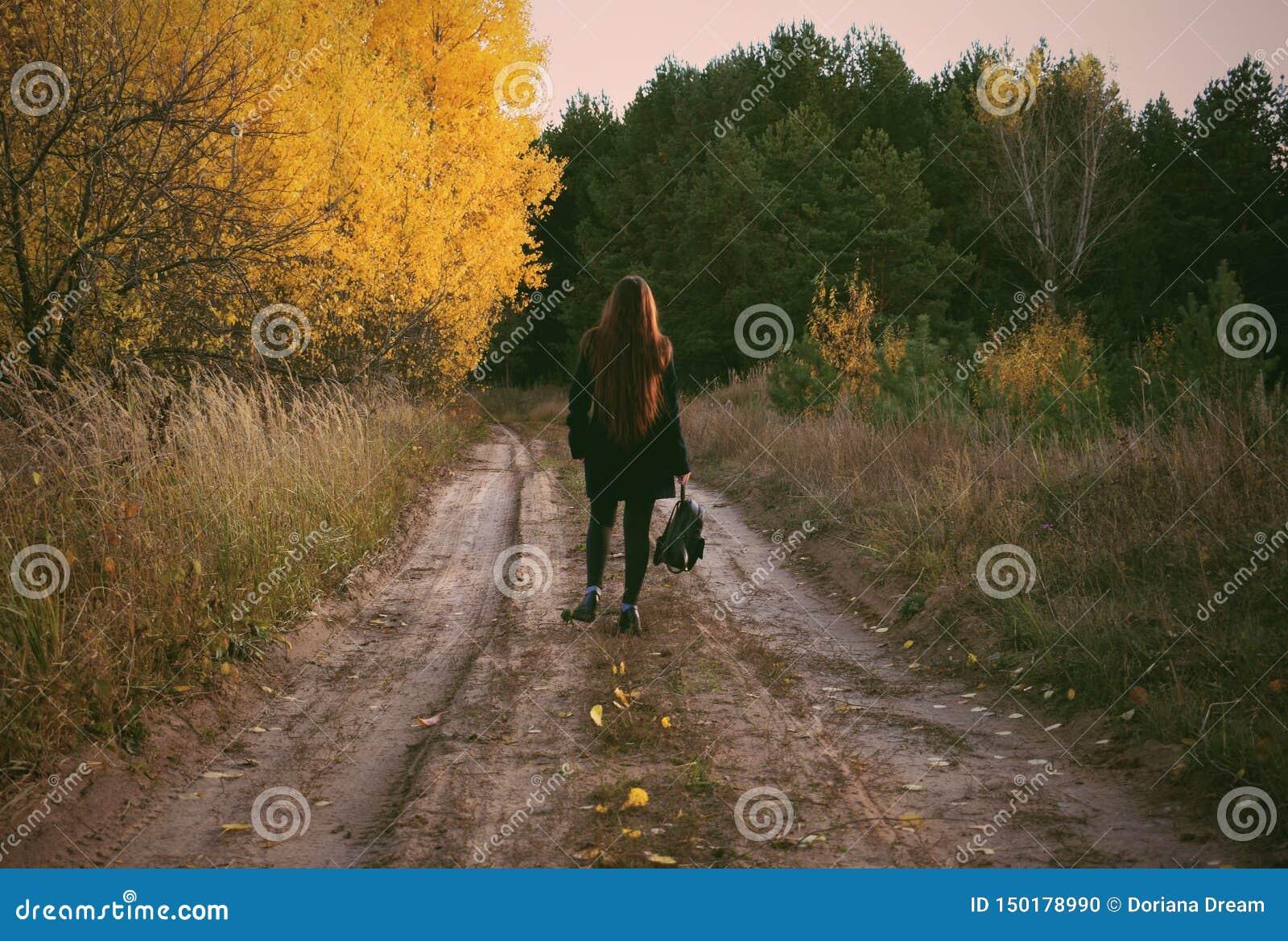 Het meisje loopt in het de herfstbos