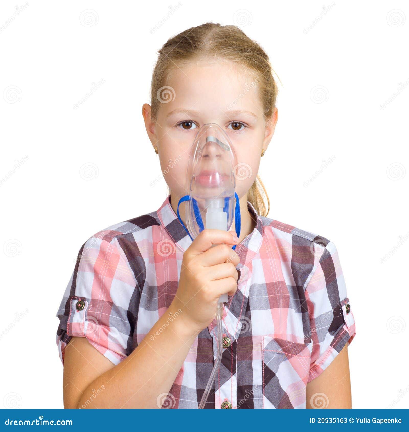 Het meisje met een masker voor inhalaties