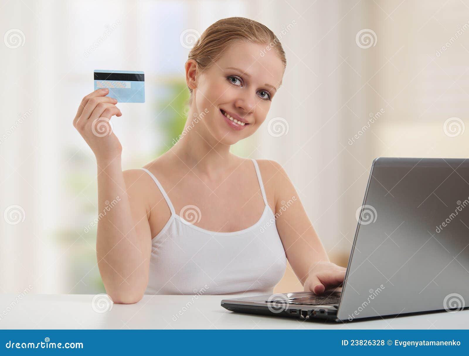 Het meisje met laptop maakt tot betaling online kaarten