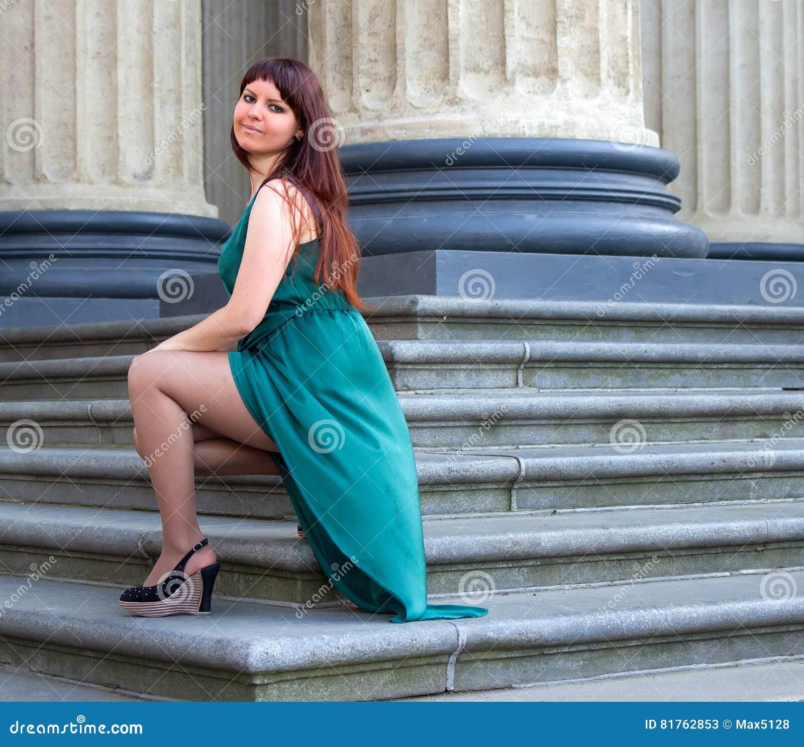 Prachtige Avondjurken.Het Meisje Met Prachtige Curvy Vorm Pronkt Met Zijn Benen Onder