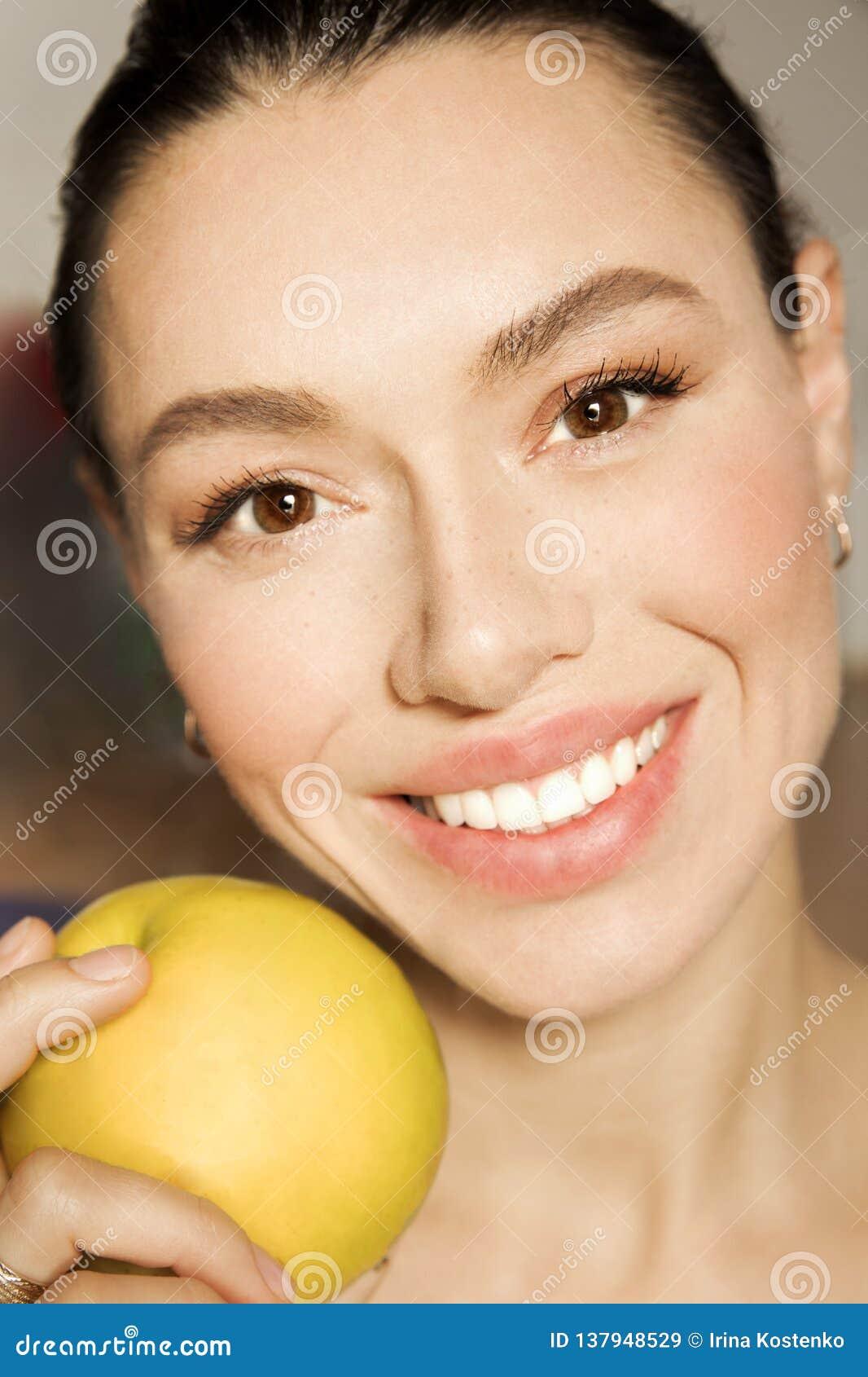 Het meisje met witte tanden met een mooie glimlach