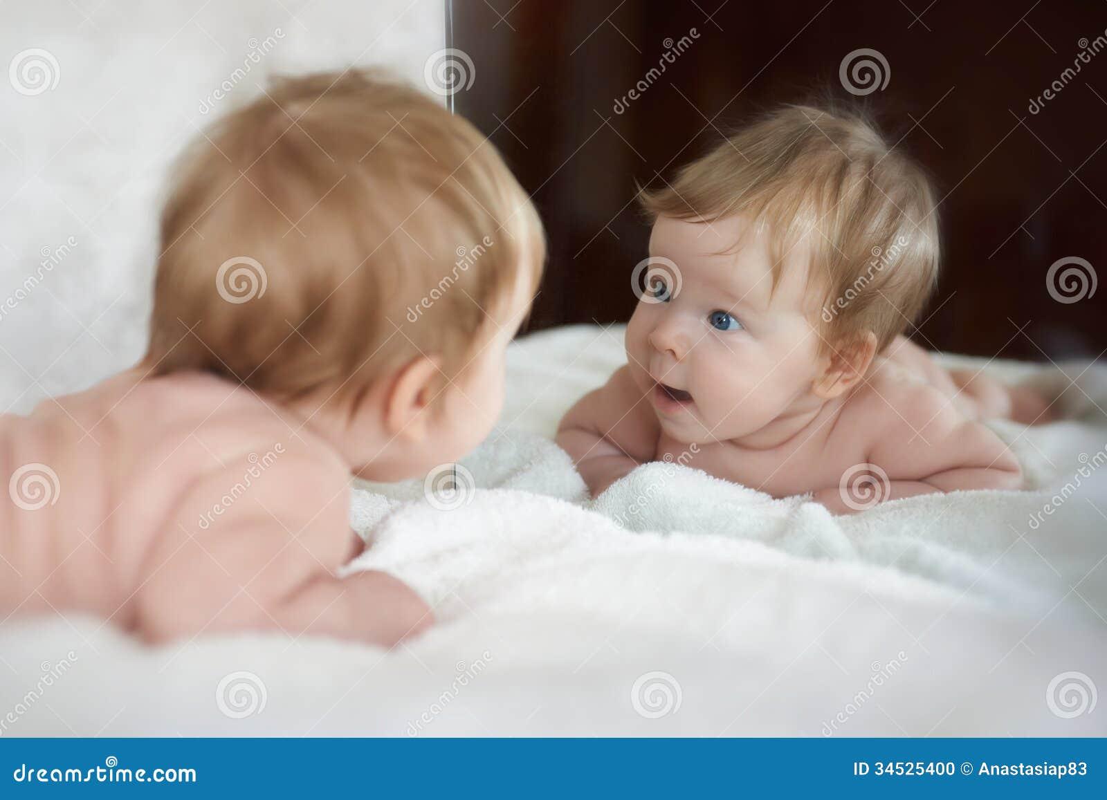 Het meisje ontmoette een nieuwe vriend in de spiegelbezinning