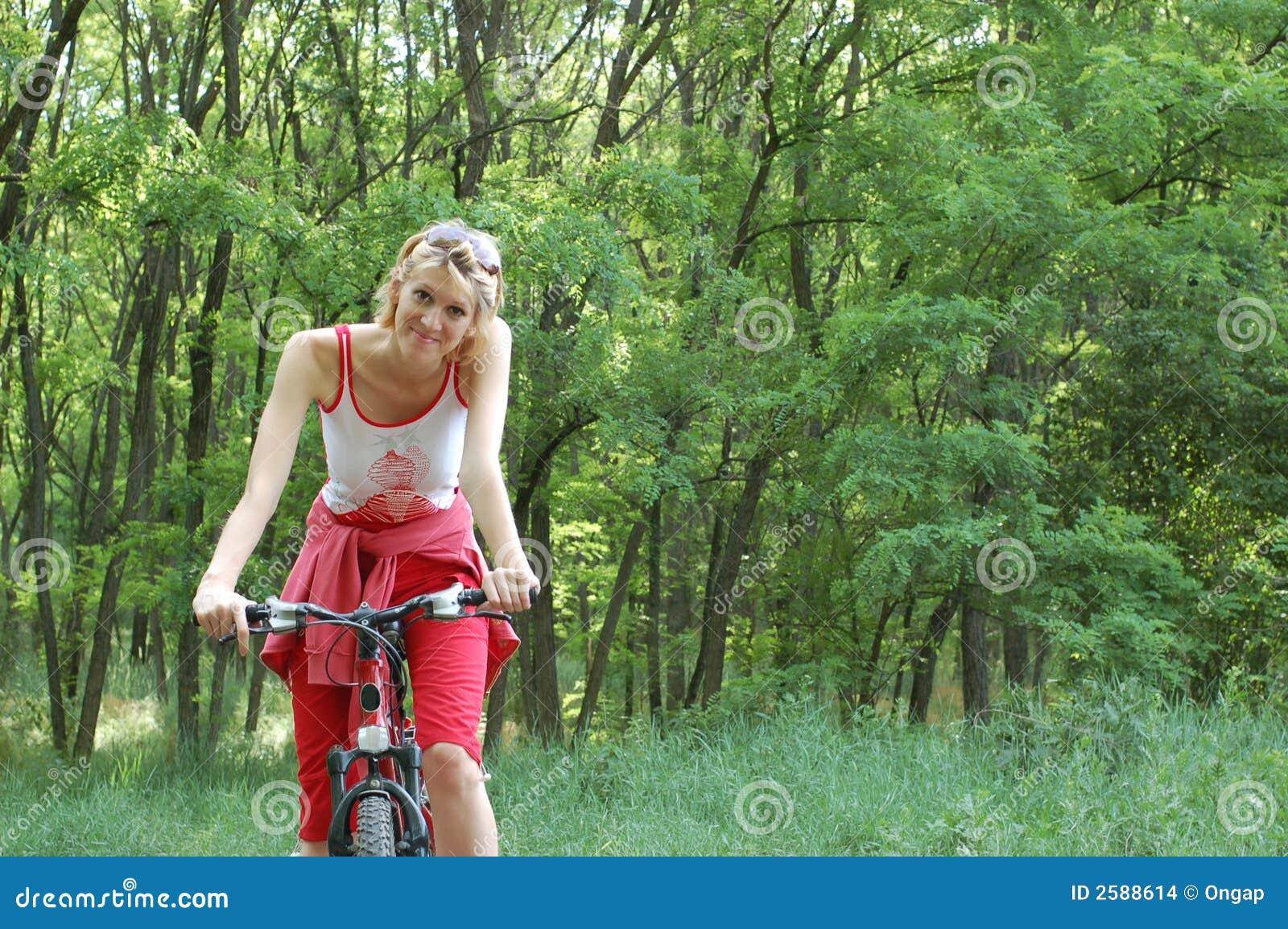 Het meisje ontspant het biking