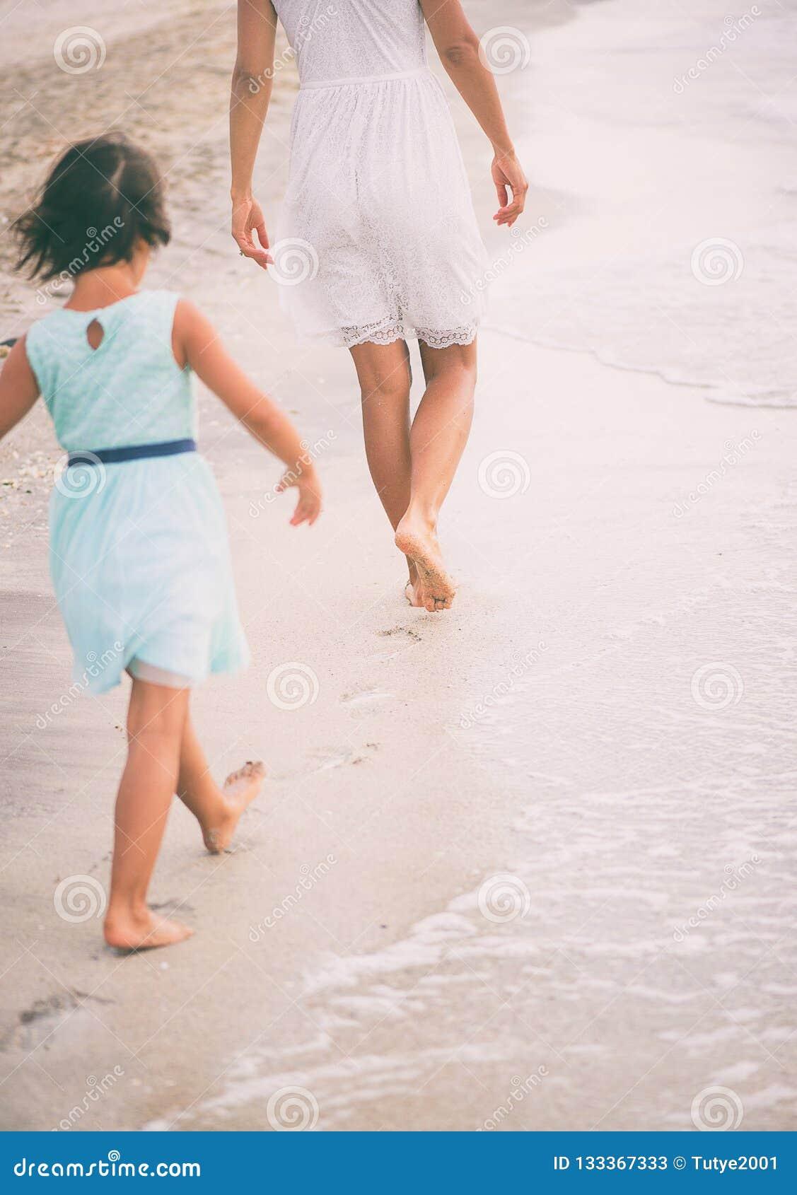 Het meisje probeert om in de voetstappen van haar moeder te lopen