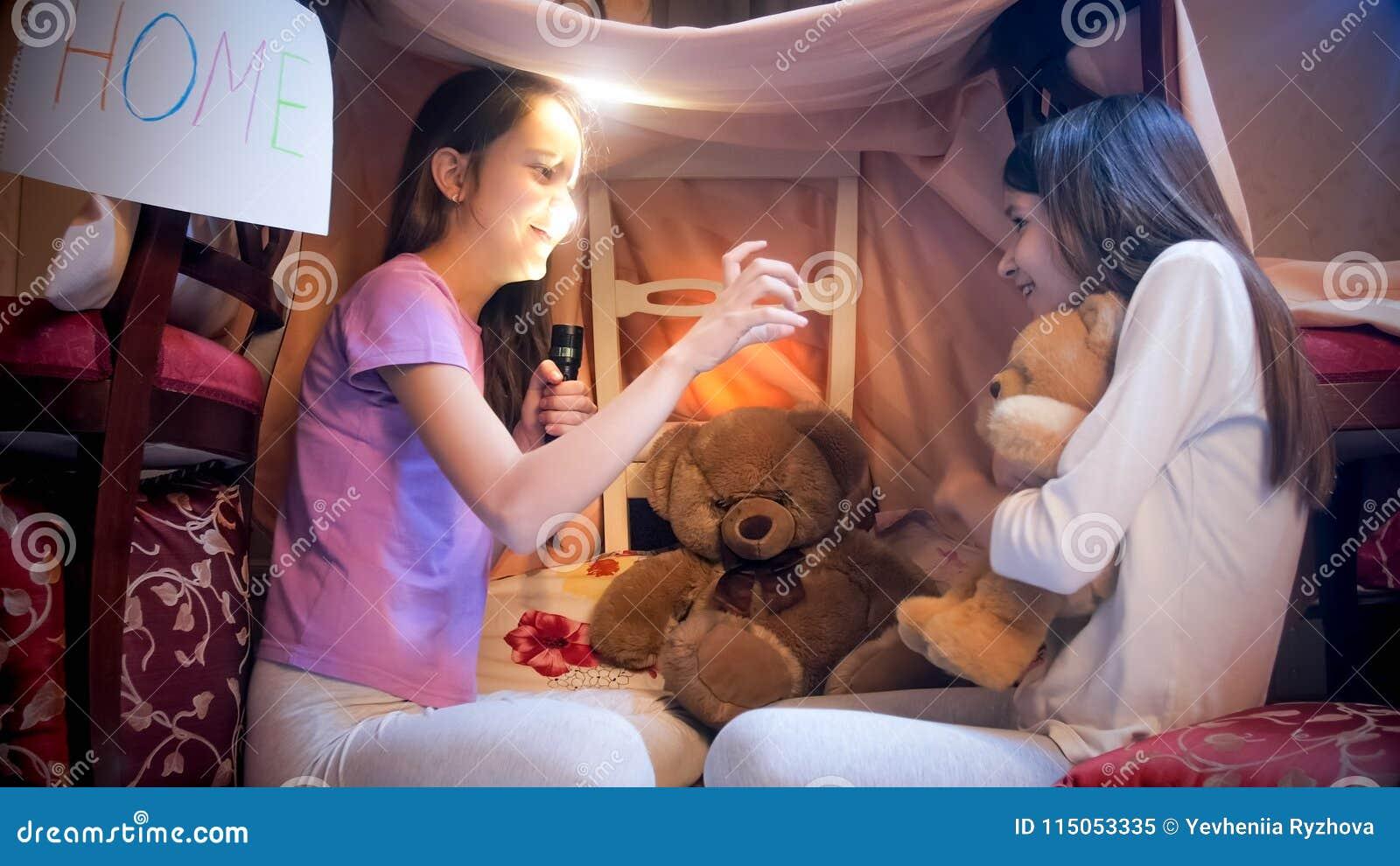 Het meisje in pyjama s doet schrikken haar vriend met griezelig verhaal bij nacht