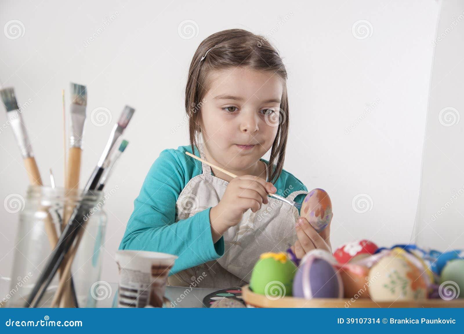 Het meisje schildert eieren