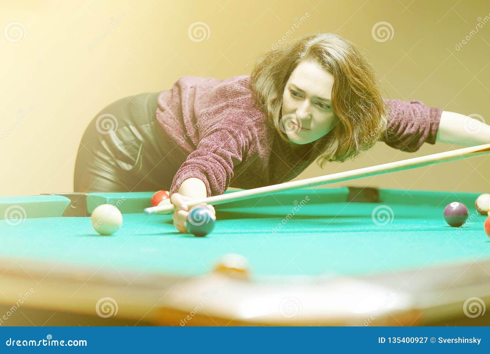 Het meisje speelt biljart