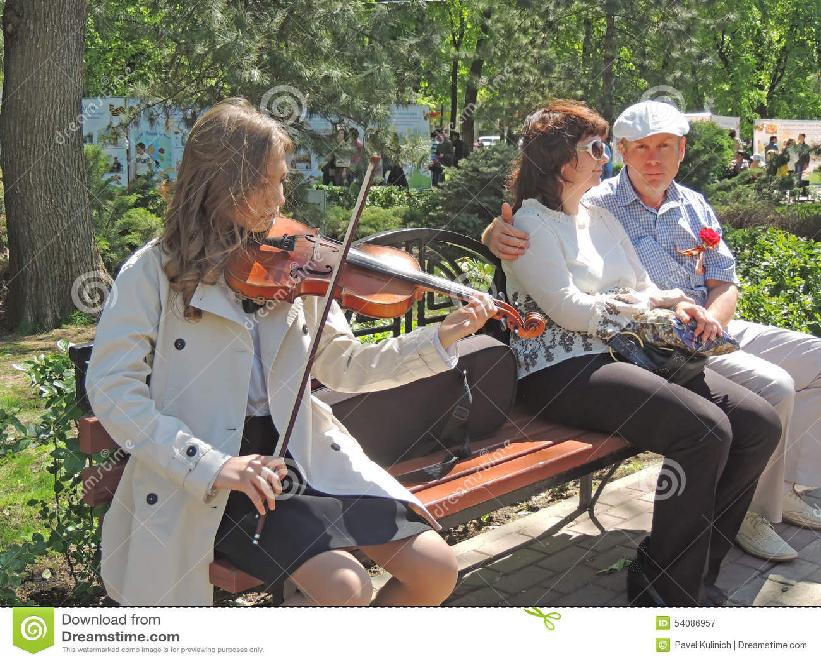 Het meisje speelt fiddle in het stadsvierkant op V-E Day