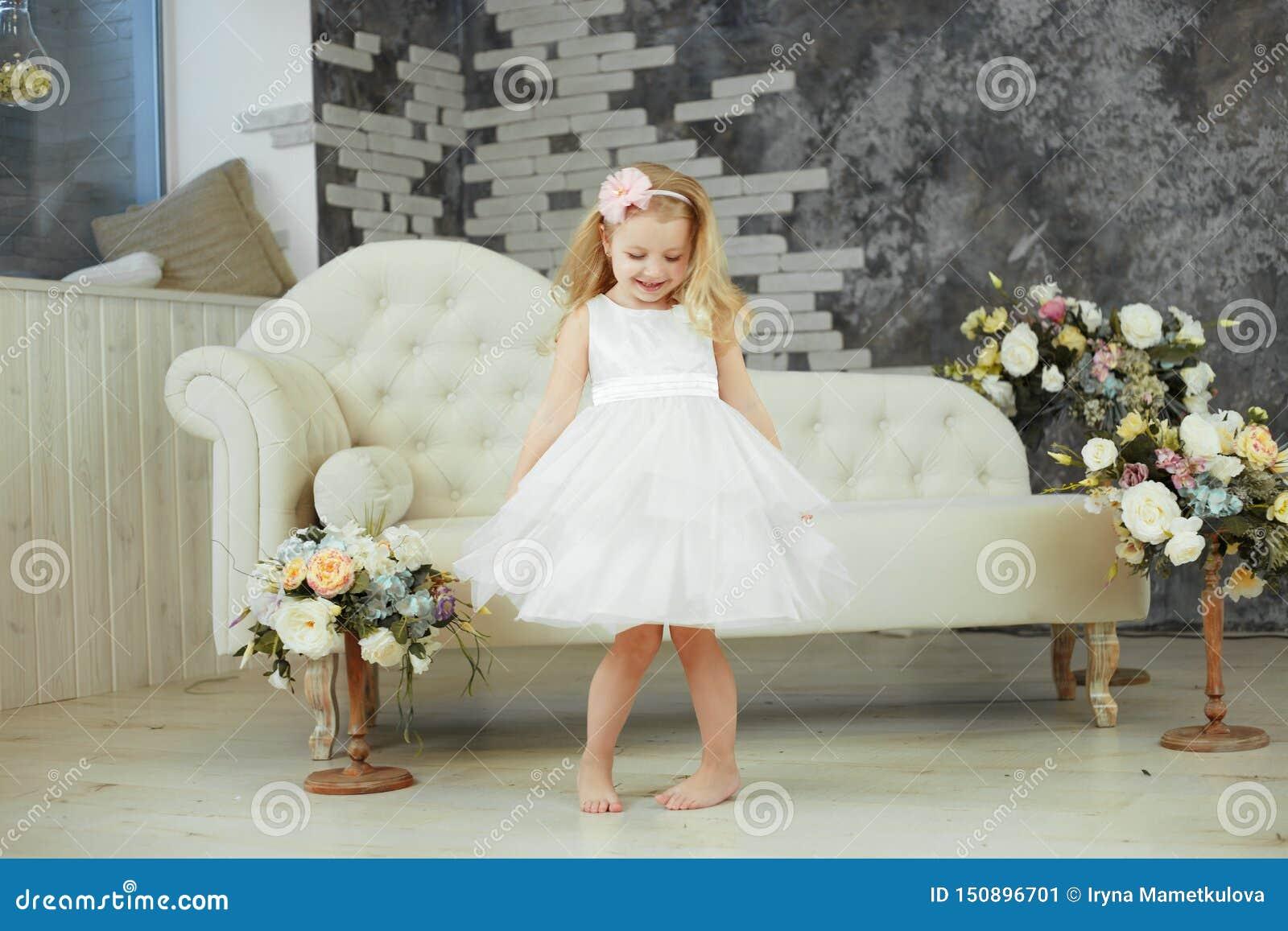 Het meisje spining in witte luxekleding