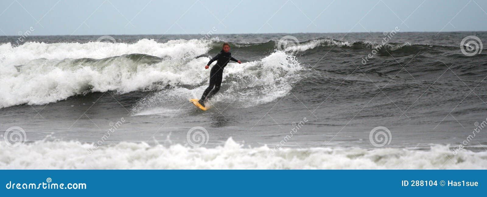 Het meisje Surfer berijdt de golven