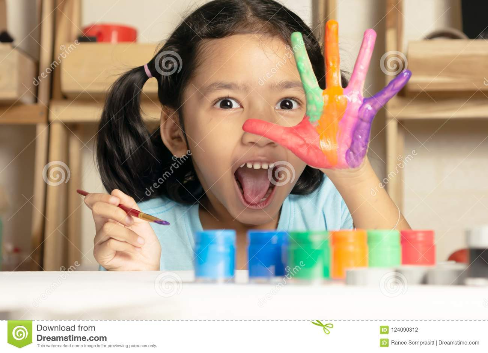 Het meisje toont geschilderde kleur