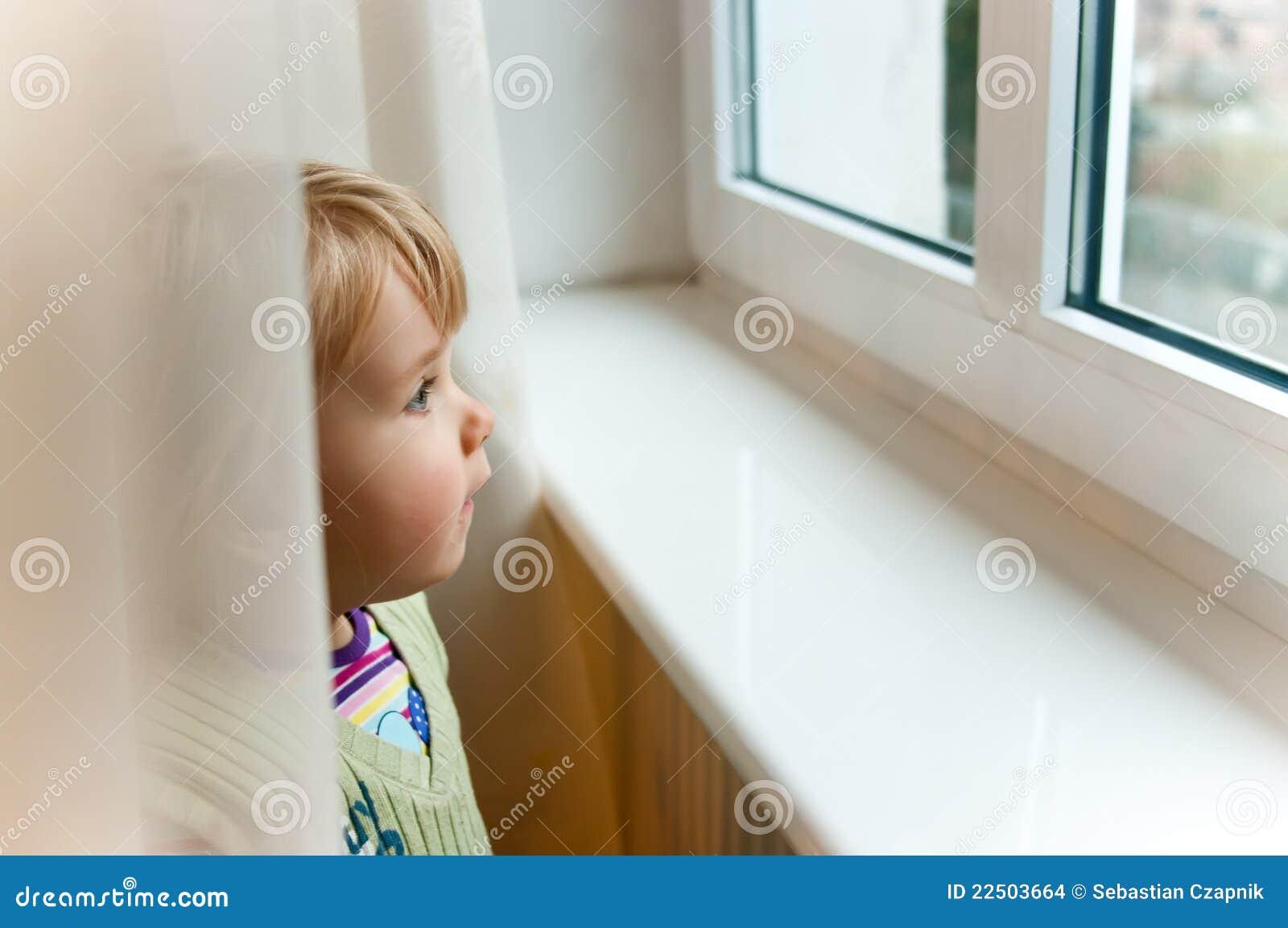 Het meisje van de baby bij venster