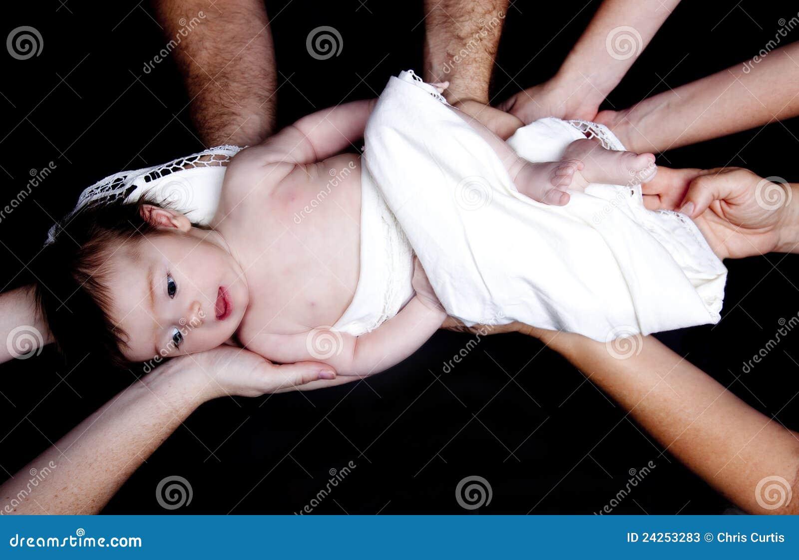 Het Meisje van de baby dat door Vele Handen wordt gehouden