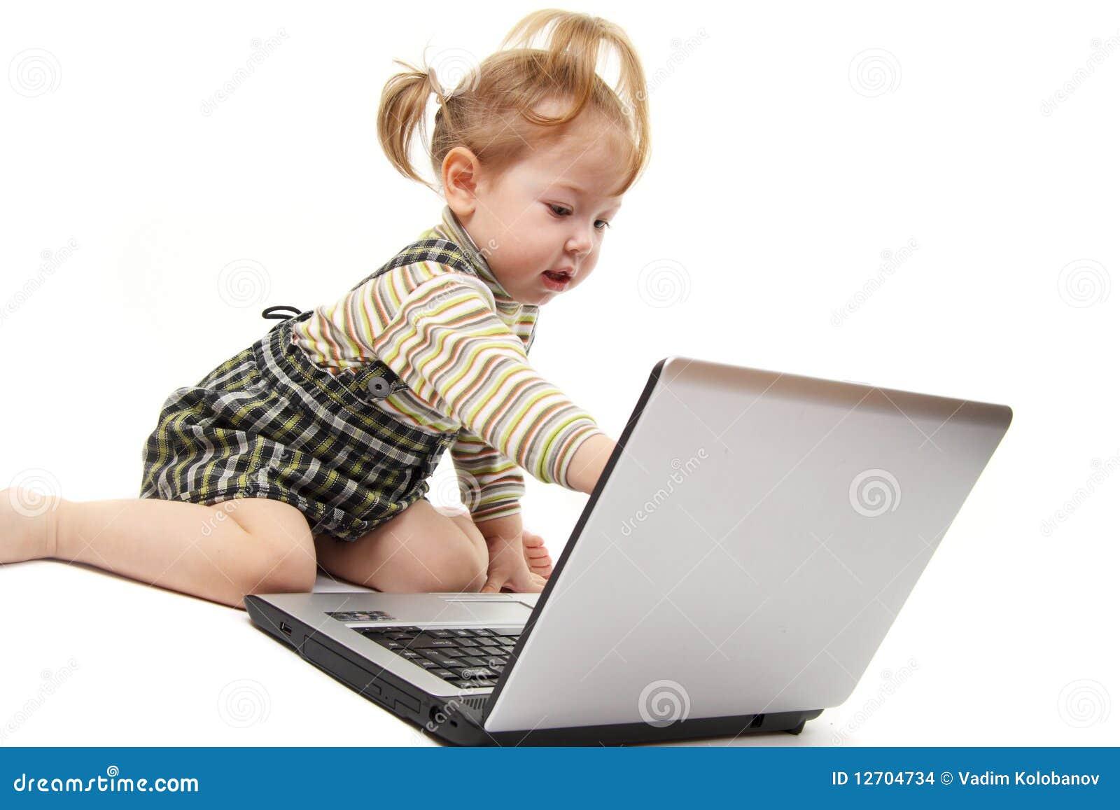 Het meisje van de baby met laptop