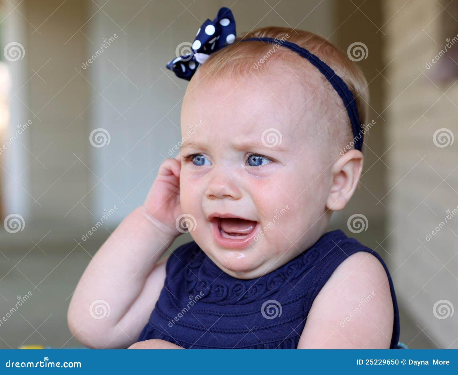 Het meisje van de baby met oorpijn stock foto afbeelding 25229650 - Deco slaapkamer baby meisje ...
