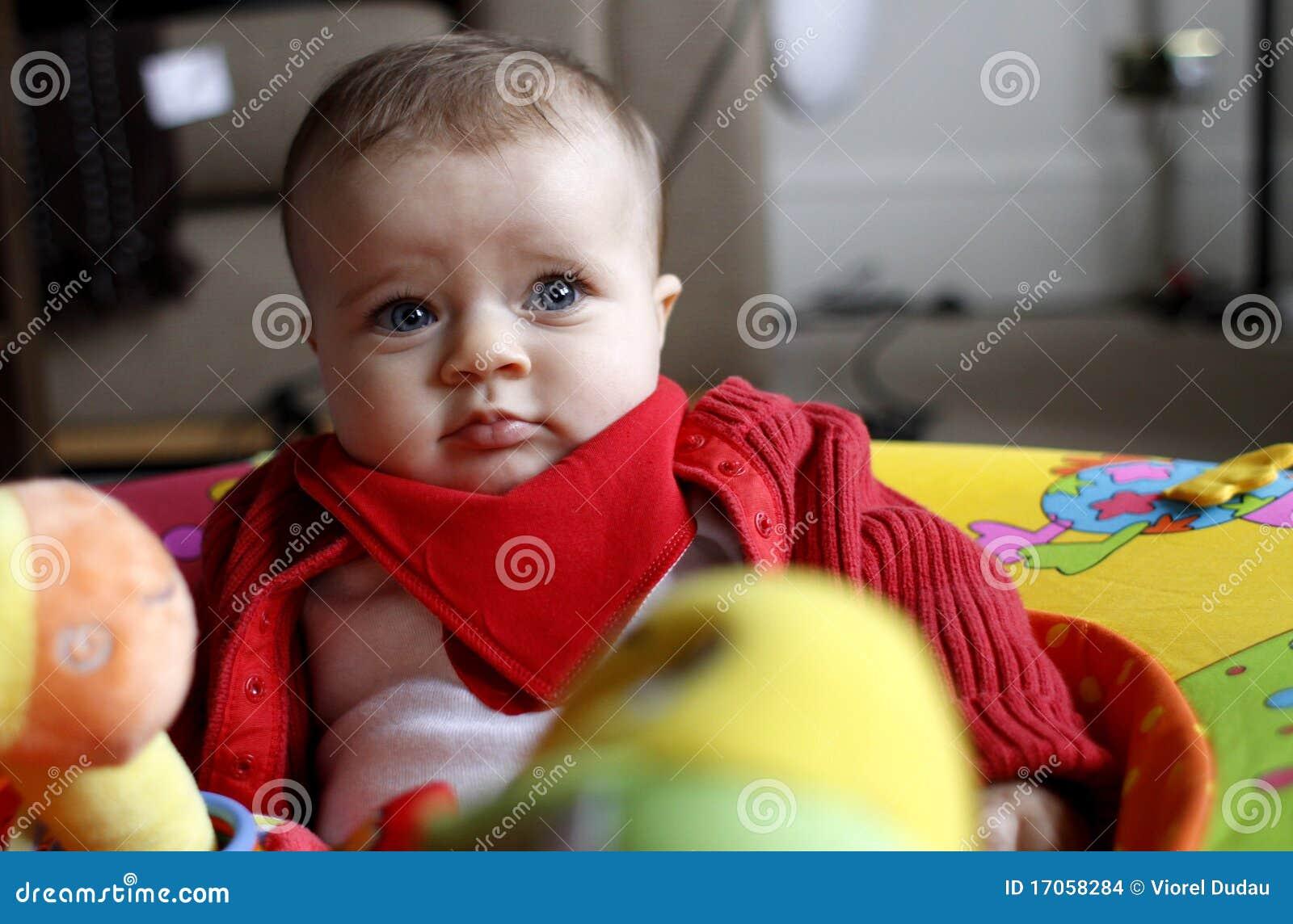 Het meisje van de baby met speelgoed