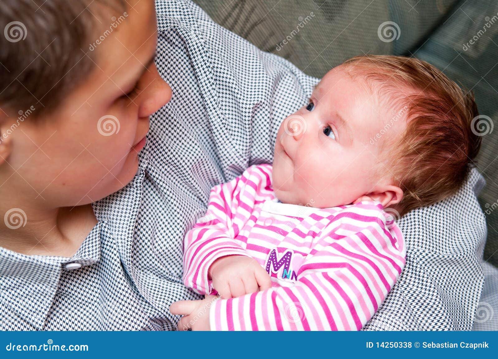 Het meisje van de baby met tienerbroer