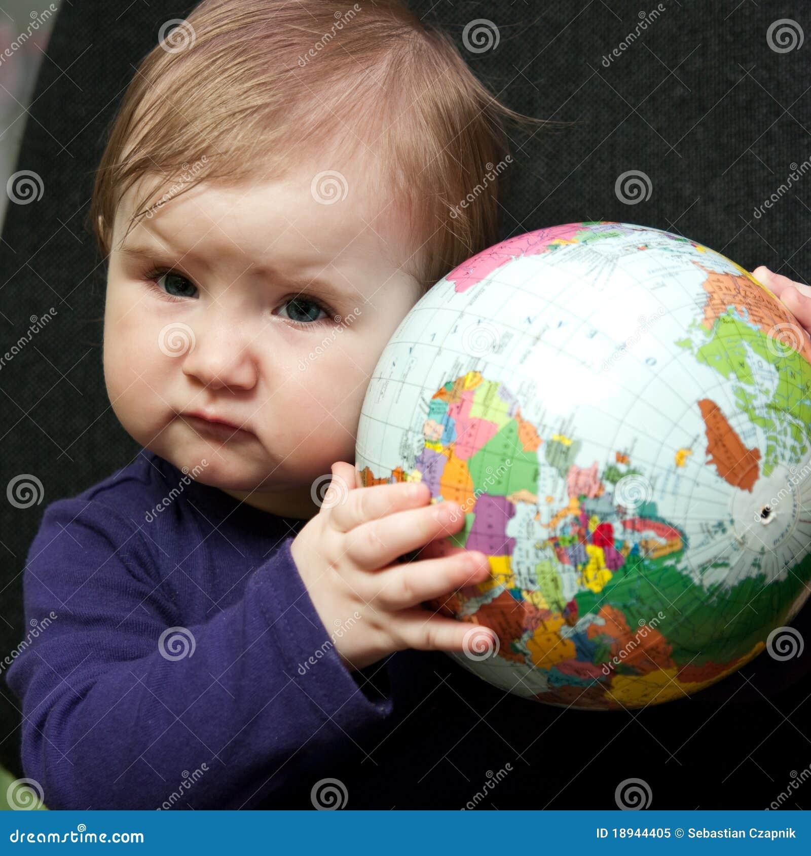 Het meisje van de baby met wereldbol