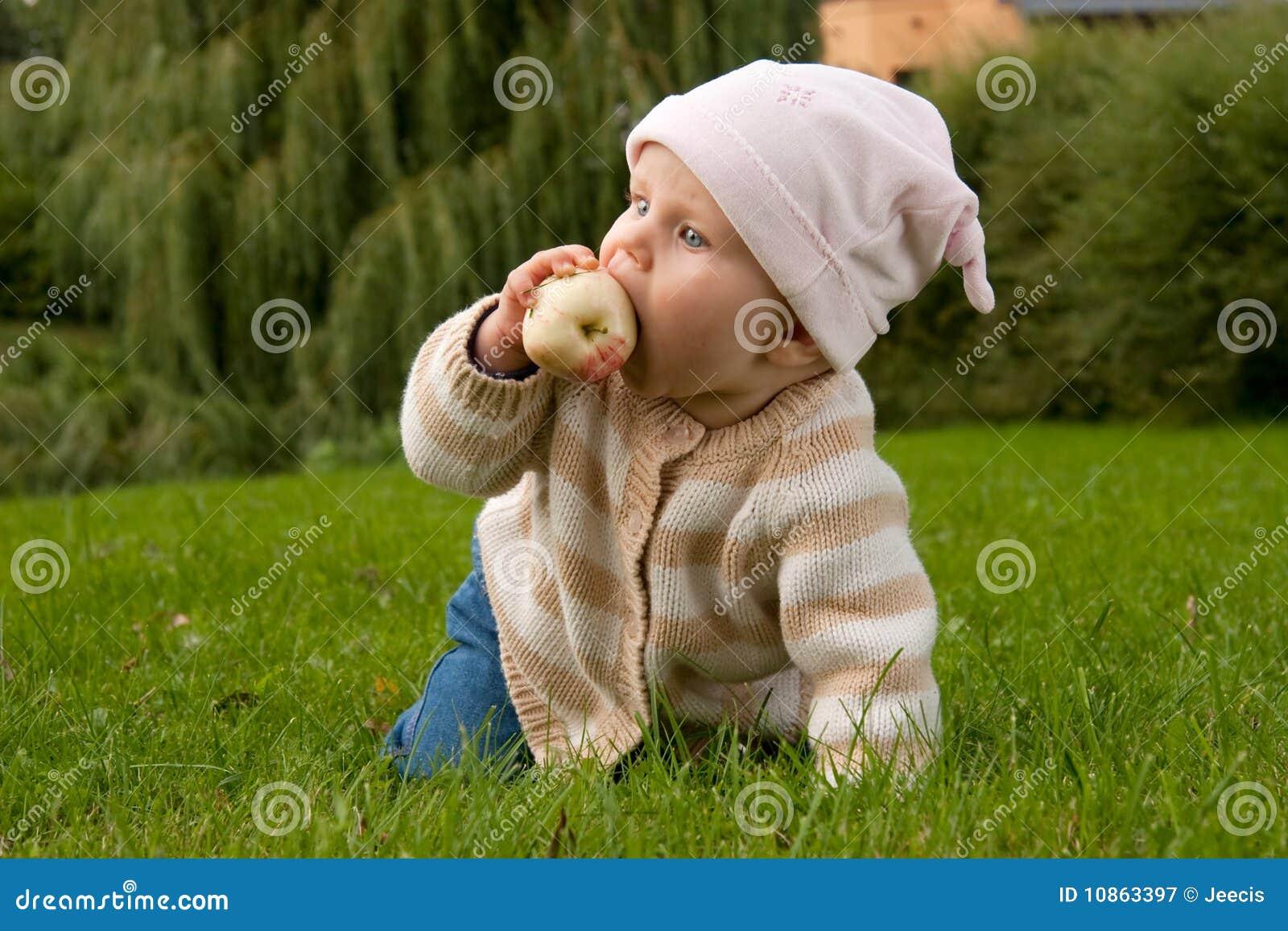 Het meisje van de baby in weide