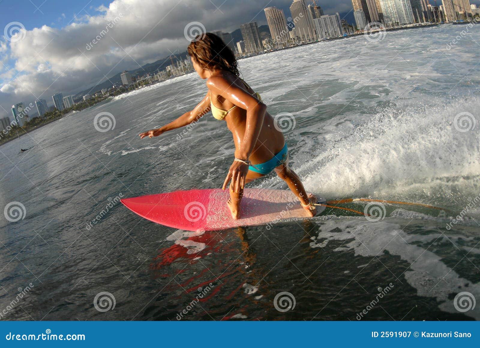 Het meisje van de bikini surfer het surfen