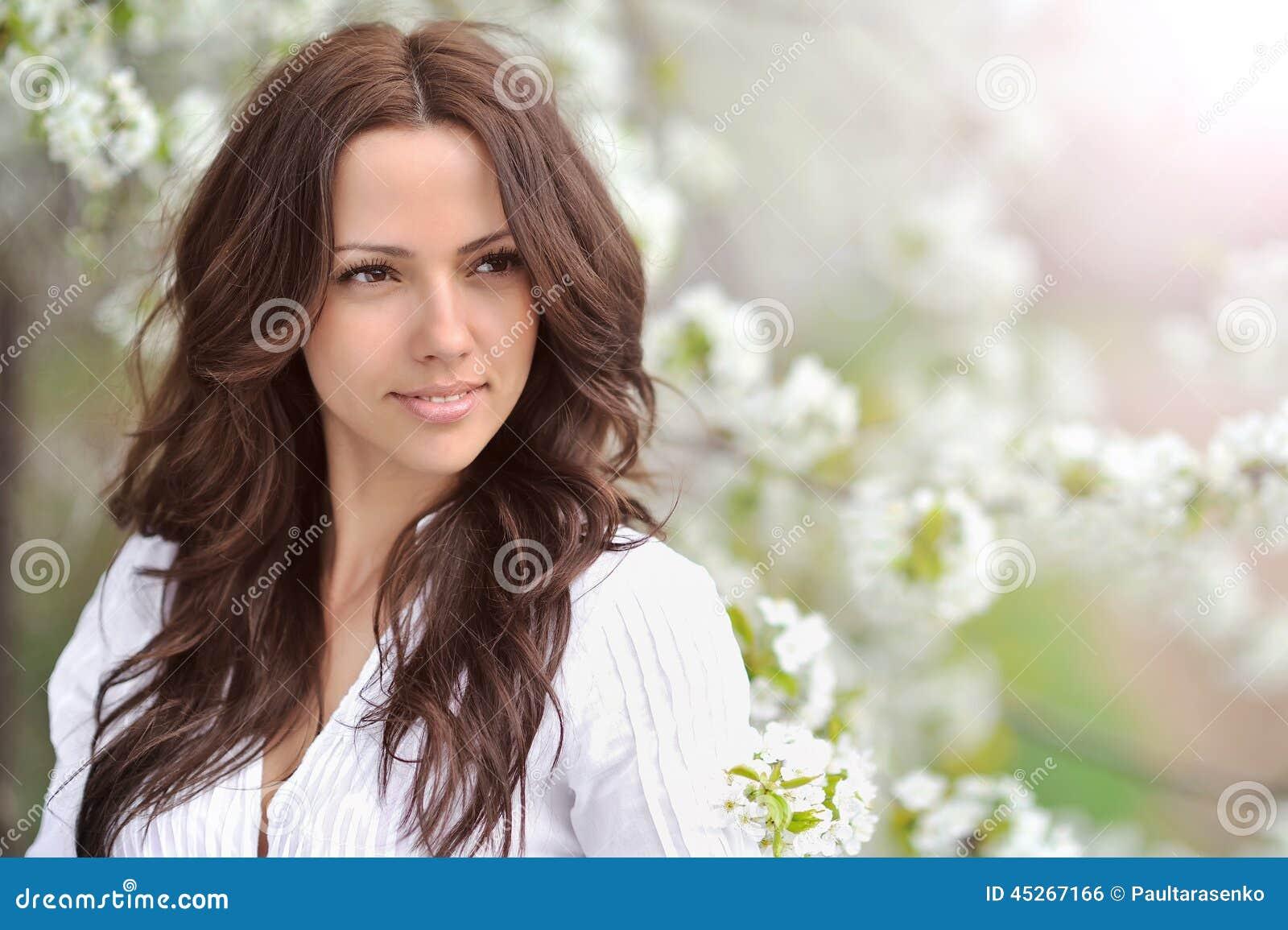 Het Meisje van de de lenteschoonheid De mooie jonge vrouw in een de zomerpark overtreft