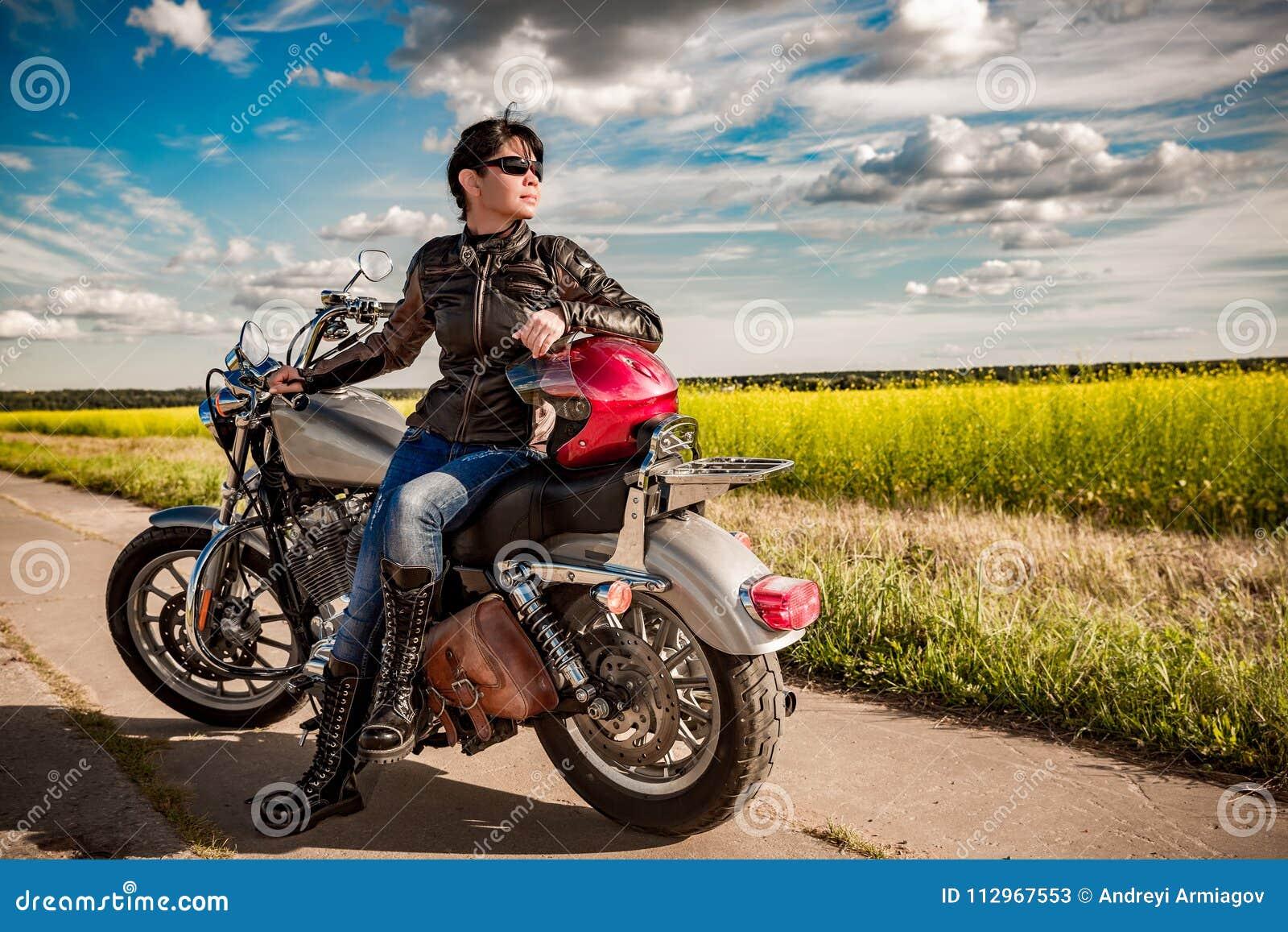 Het meisje van de fietser op een motorfiets