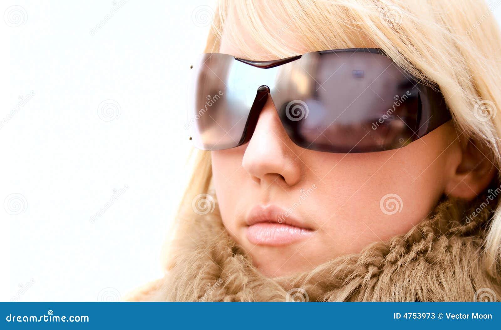 Het meisje van de manier met glazen