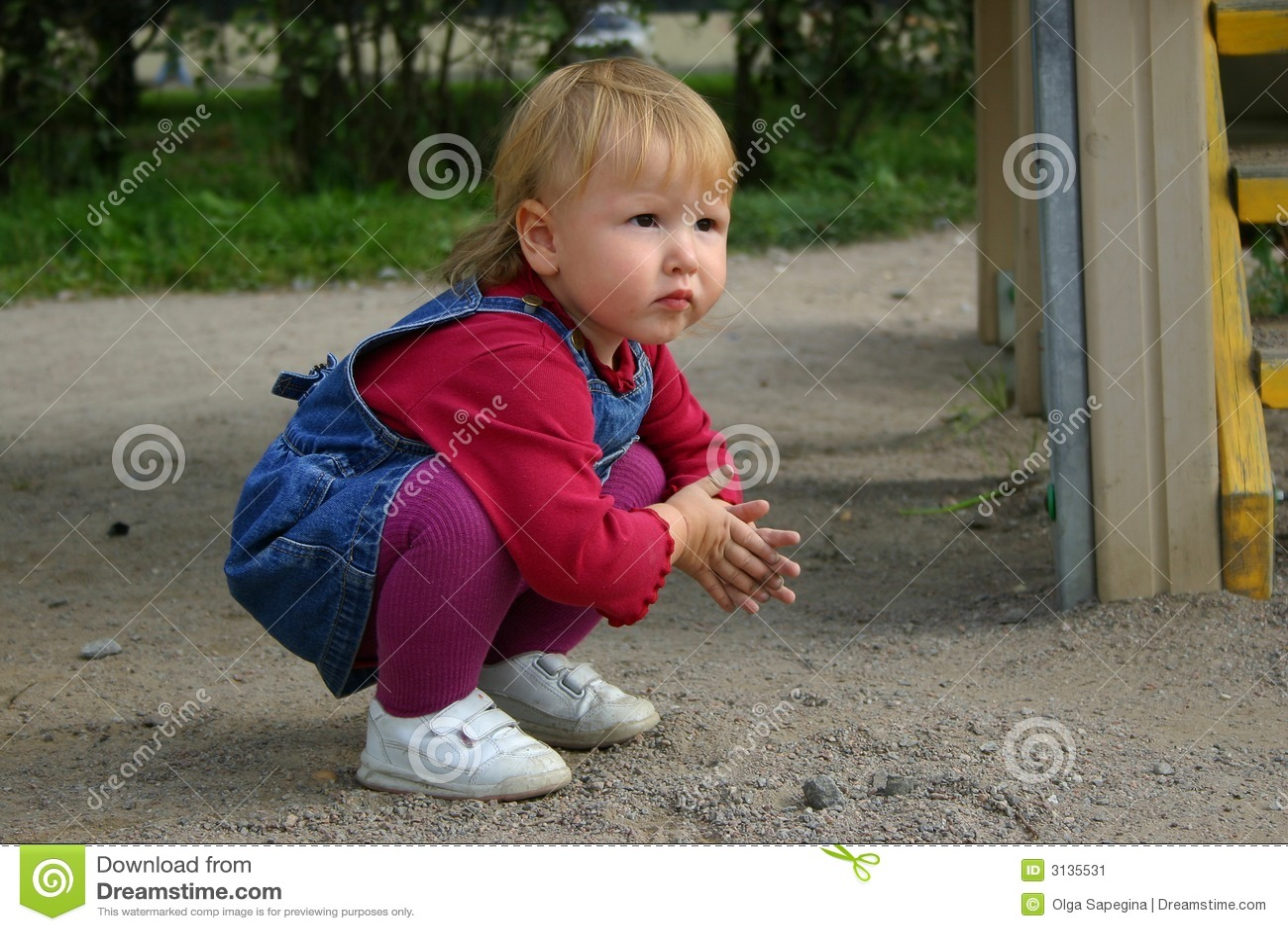 Het meisje van de peuter het spelen met zand
