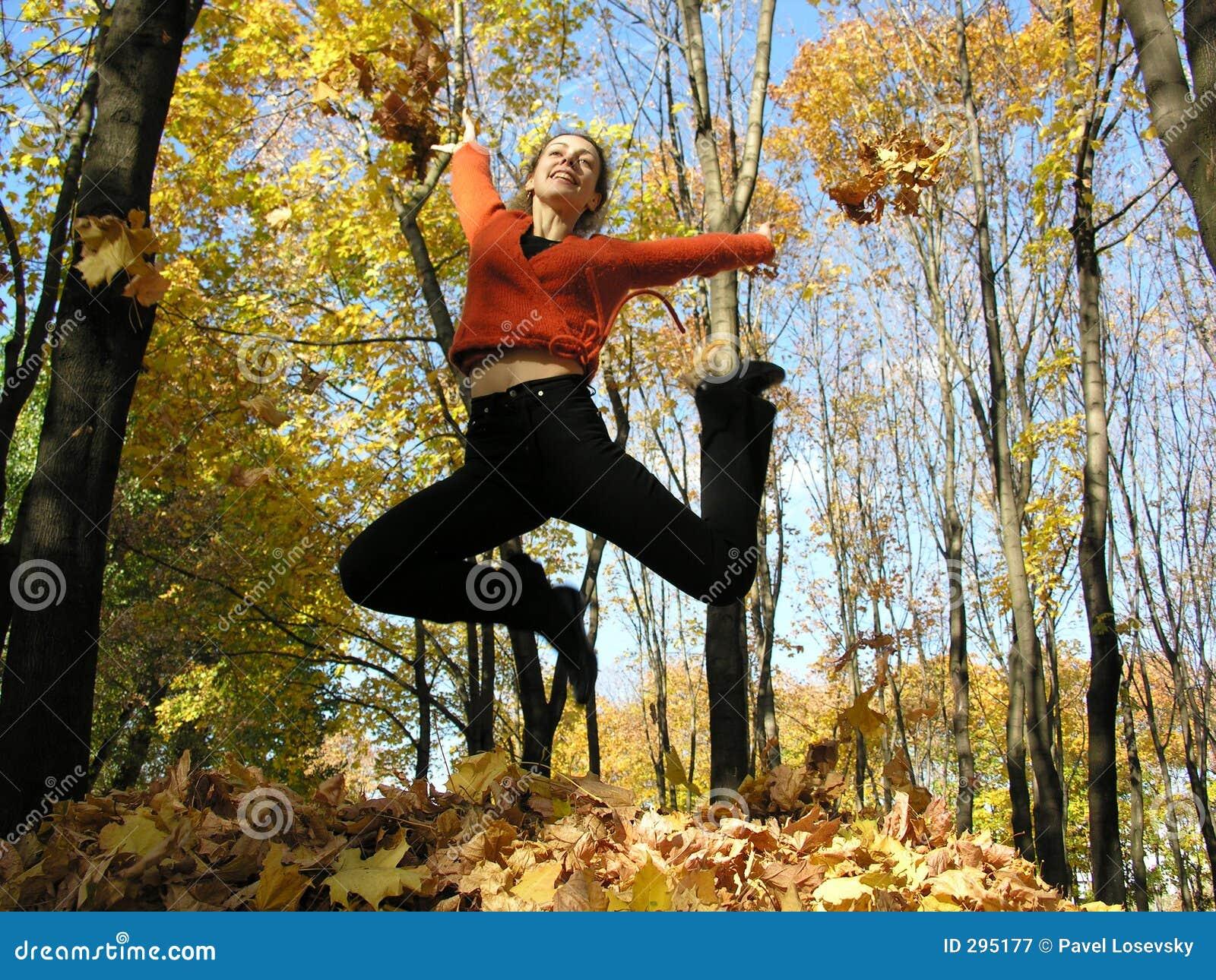 Het meisje van de sprong in de herfsthout