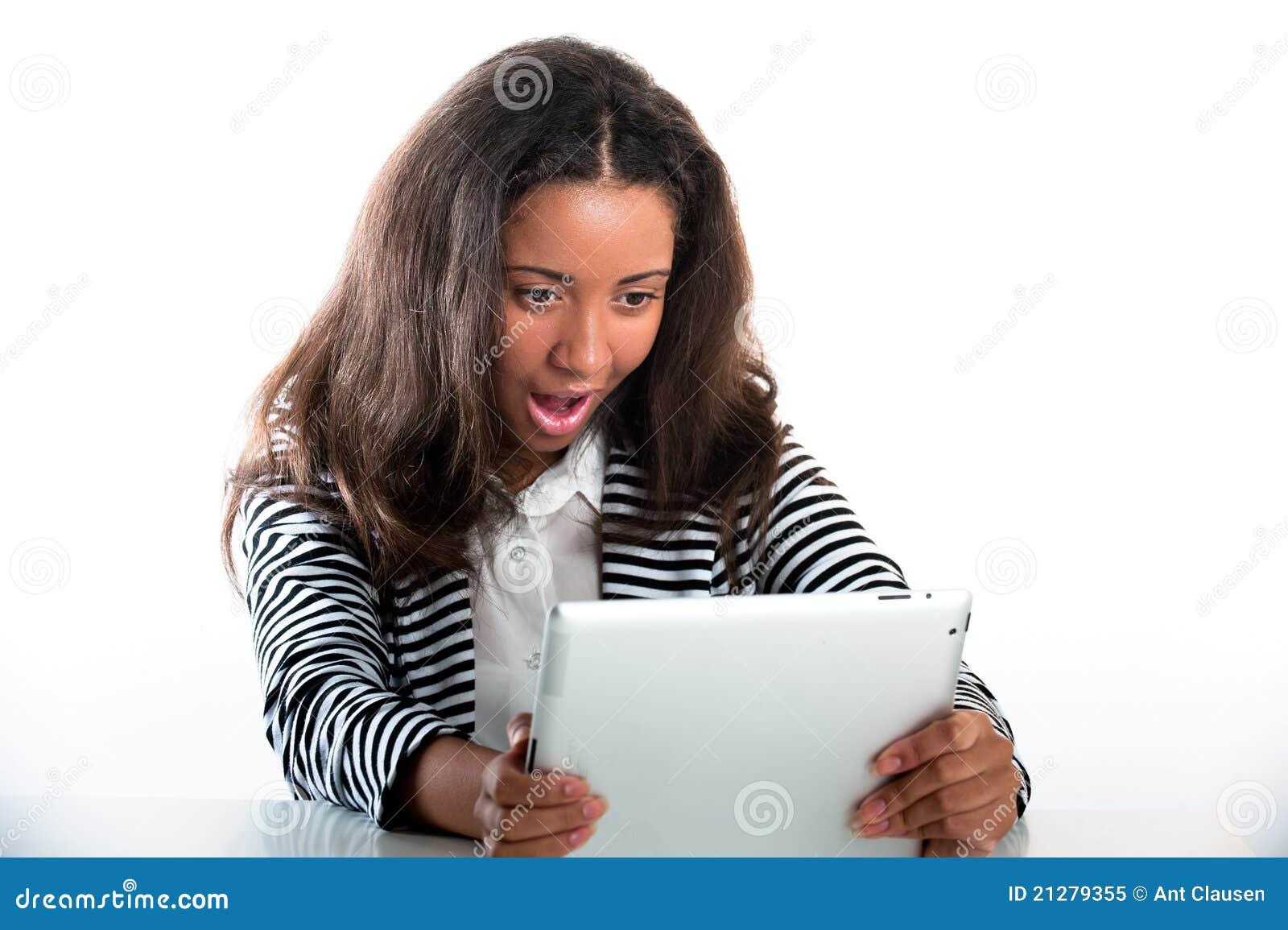 Het meisje van de tiener, dat met een draagbare tabletcomputer werkt